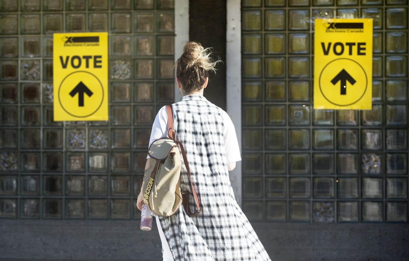Un bureau de vote lors de la campagne fédérale de 2015