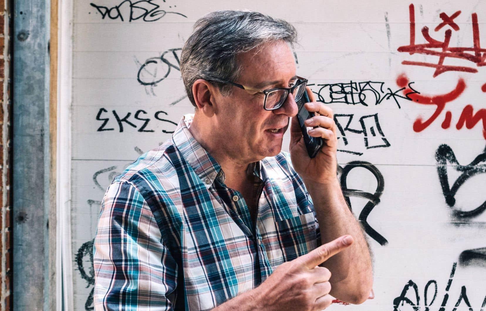 Le scénariste de cette épatante série, Michel Viau, en conversation téléphonique avec l'illustrateur Ghyslain Duguay