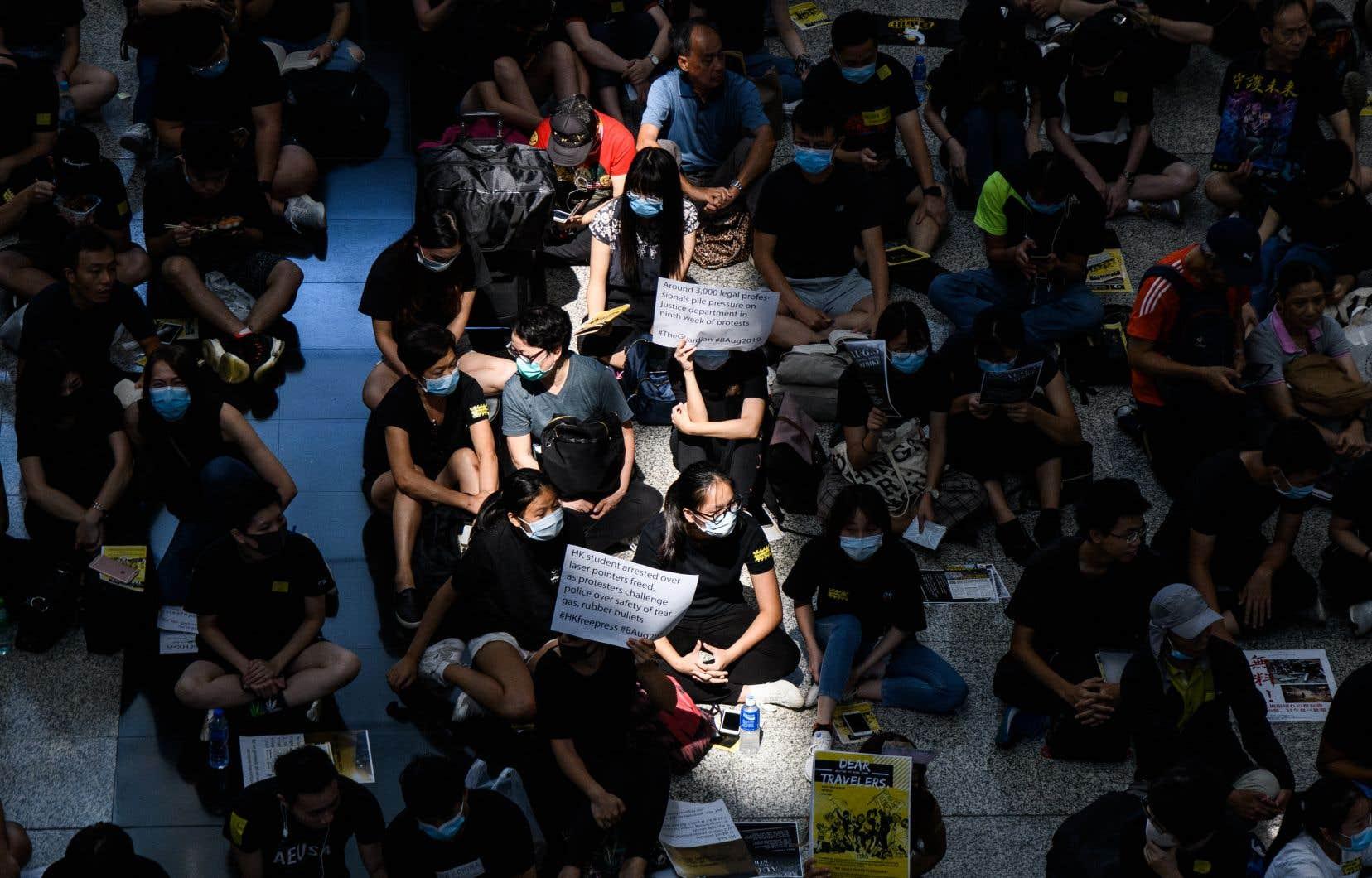 Les manifestants se sont rassemblés, à l'aéroport international de Hong Kong, contre un projet de loi controversé sur l'extradition.