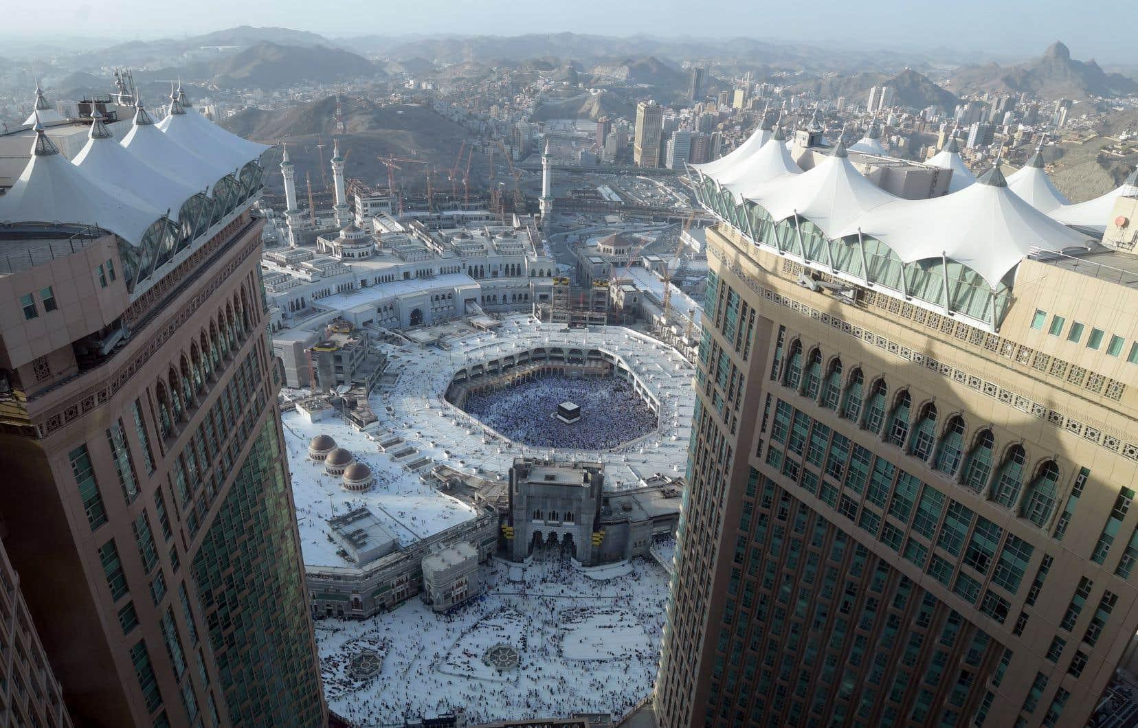 <p>En tout, quelque 2,5millions de pèlerins, étrangers ou vivant en Arabie saoudite, doivent accomplir cette année le <em>hajj</em>, selon la presse locale.</p>