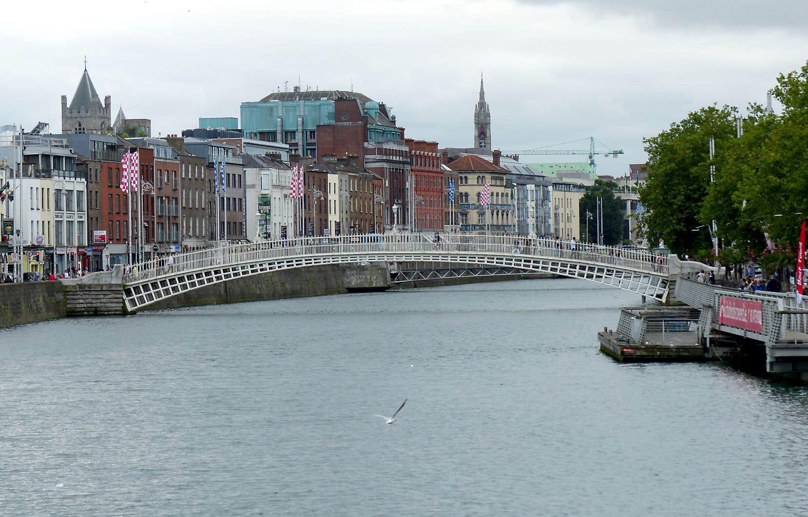 Ha'penny Bridge, une passerelle construite en 1816 passant au-dessus de la Liffey, est l'un des ponts mythiques de la capitale.