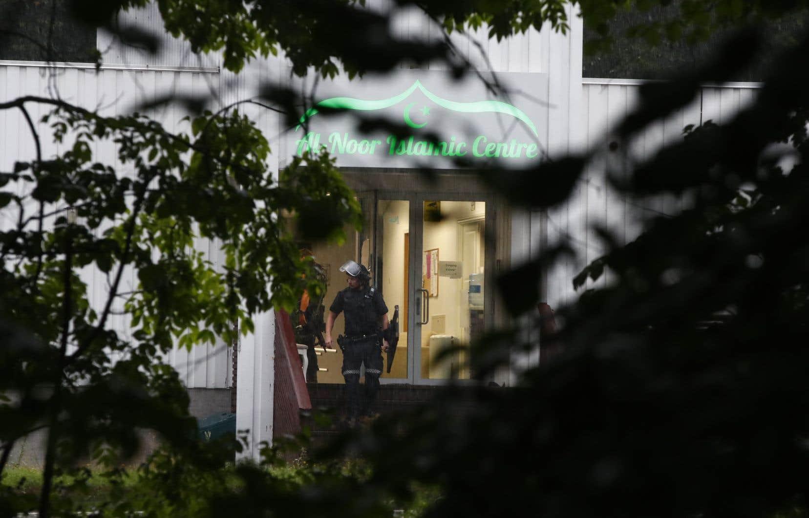 Un policier se tient devant l'entrée du centreislamique al-Nour à Baerum, ville de la banlieue d'Oslo.
