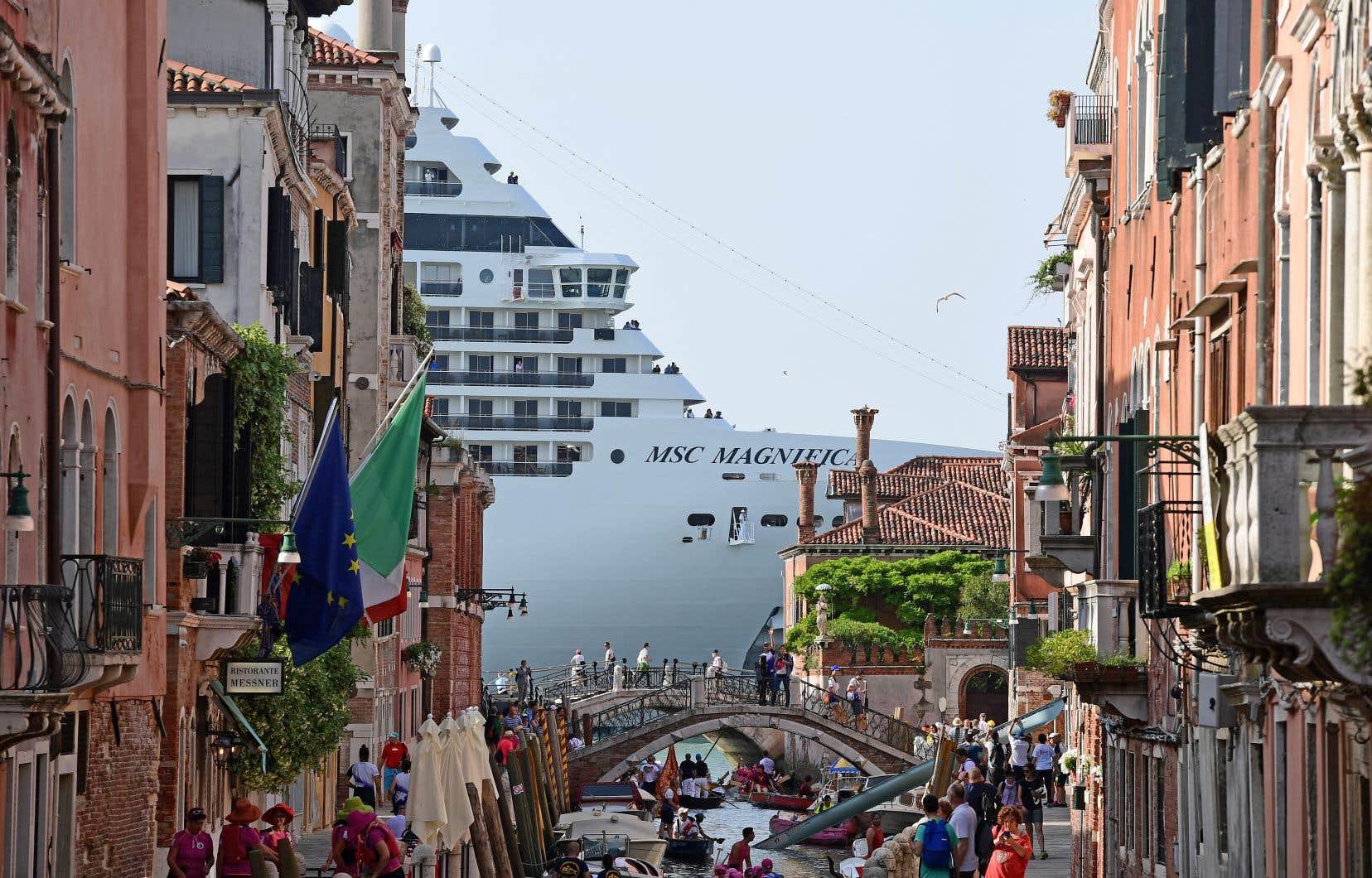 À partir de 2010, une partie des Vénitiens a commencé à se mobiliser pour repousser les navires de croisière hors du centre historique de la ville.