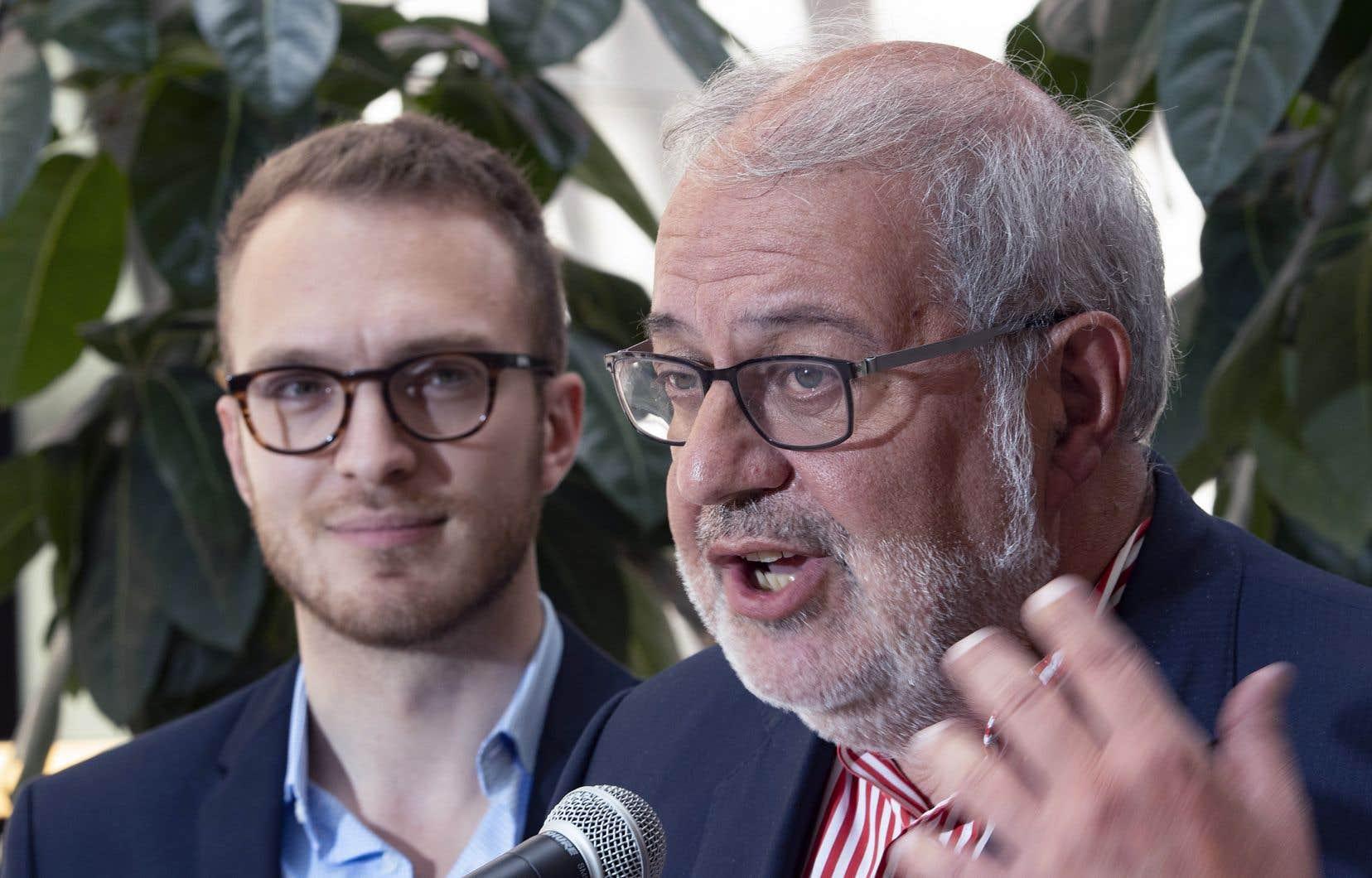 Le chef par intérim du PLQ, Pierre Arcand (à droite), aux côtés du président de la Commission-Jeunesse du parti, Stéphane Stril