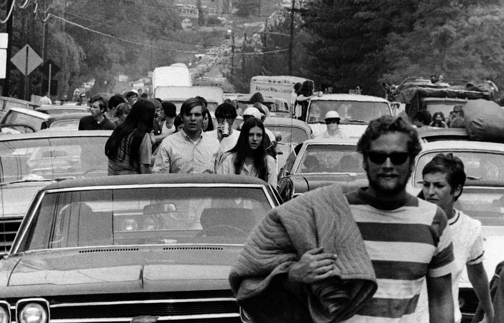Une photo du 15 août 1969 montre des centaines de personnes abandonnant leur véhicule à proximité de Bethel pour se joindre à la fête.