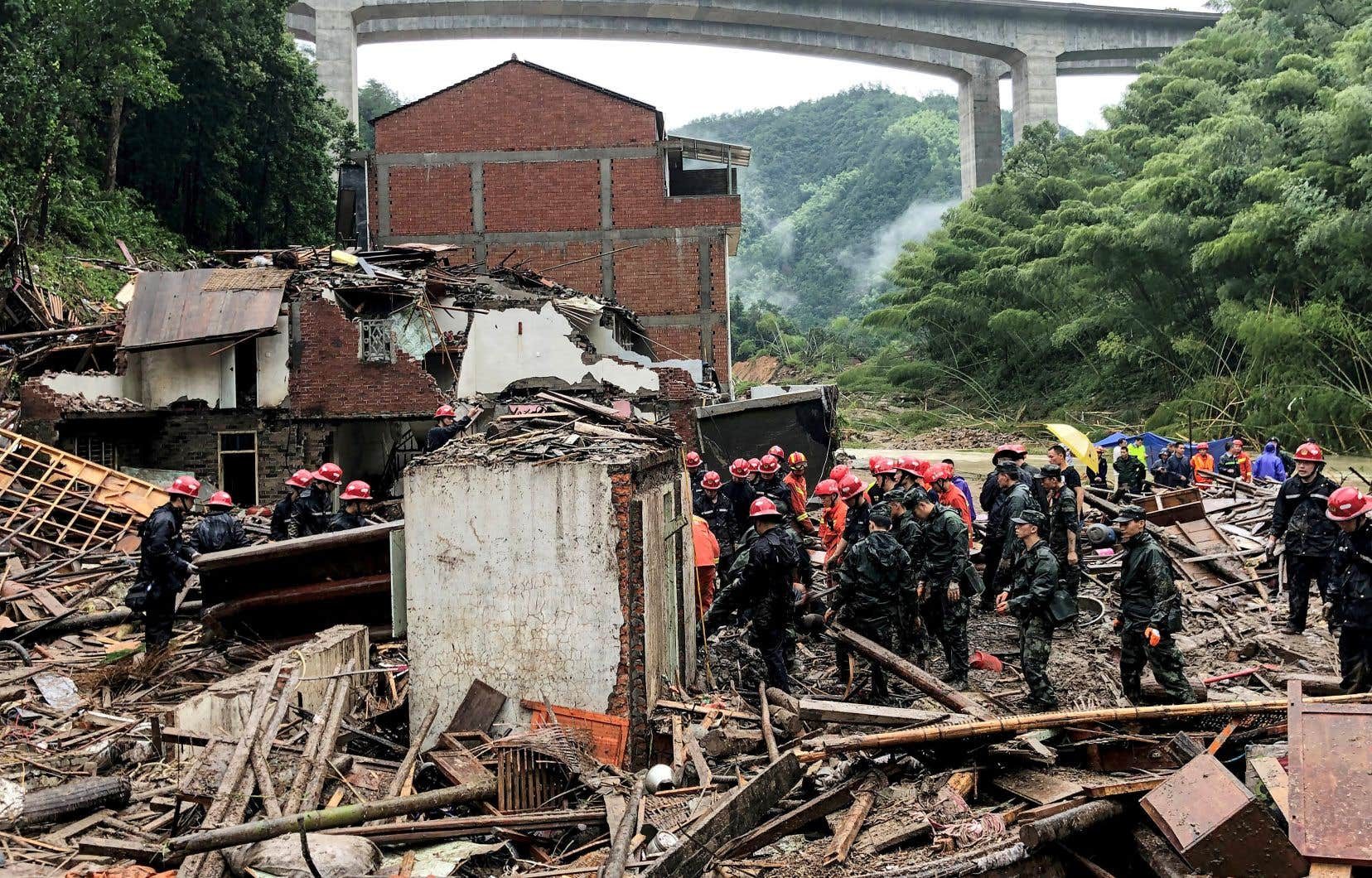 Un glissement de terrain a provoqué le décès d'au moins 18 personnes dans la vaste commune de Wenzhou, au sud de Shanghai.