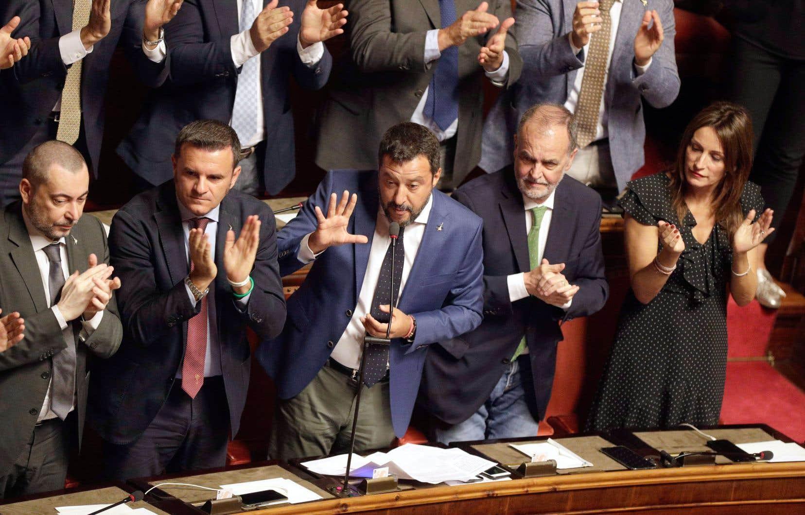 Matteo Salvini (au centre) avait réclamé dès cette semaine un vote de défiance contre l'exécutif.