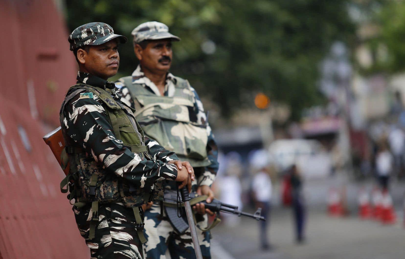Des membres des forces indiennes surveillent les préparatifs des festivités du Jour de l'indépendance à Jammu.