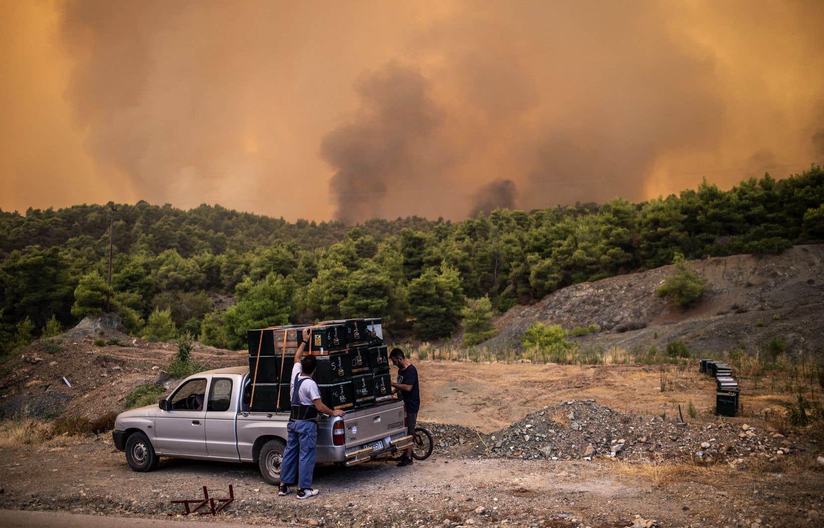 Quelque 200 pompiers sont sur place, aidés de 75 véhicules terrestres, cinq hélicoptères et six avions-citernes.