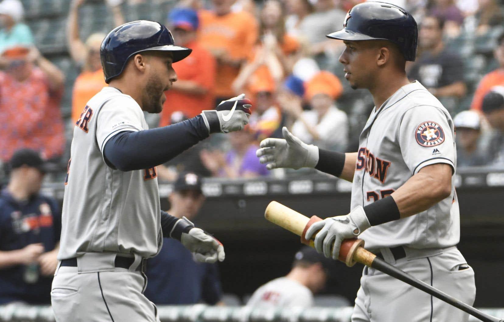 Le joueur des Astros de HoustonGeorge Springer (à gauche) a frappé un circuit sur le premier tir du match, mardi.