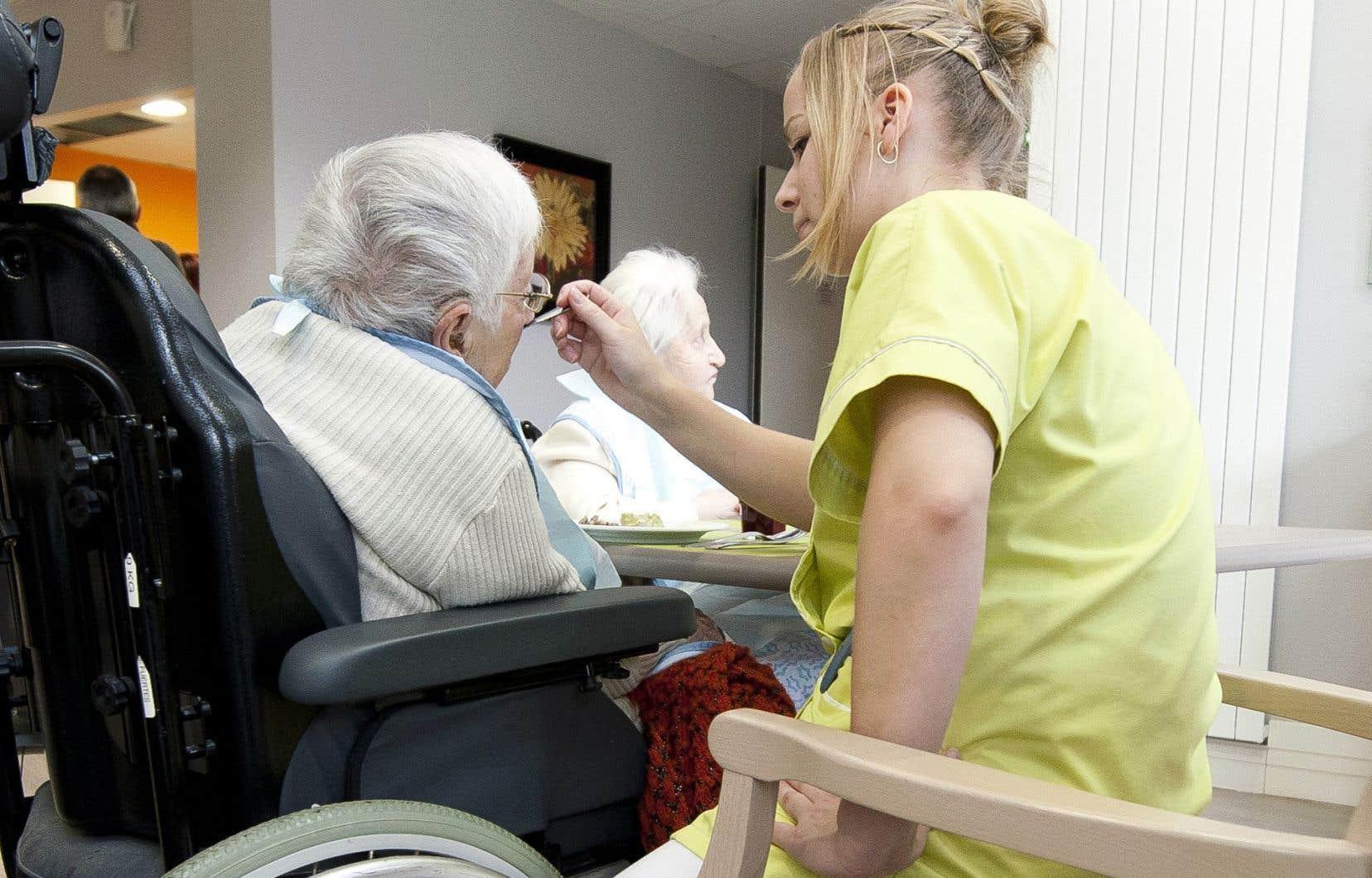 Le réseau de la santé compte 41 500 préposés aux bénéficiaires, mais Québec estime qu'il faudra en embaucher 32 500 autres d'ici cinq ans pour répondre aux besoins de la population.