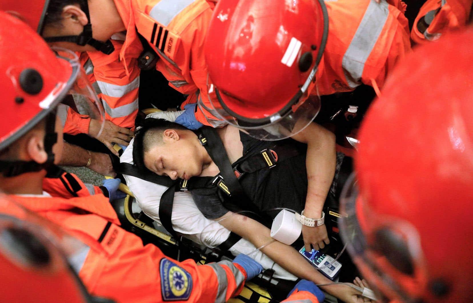 Les manifestants, qualifiés mercredi de «quasi-terroristes» par le gouvernement chinois, sont pris dans des affrontements de plus en plus intenses avec la police. Au point que Claudia Mo ne peut s'empêcher «de penser que Carrie Lam et son gouvernement attendent que quelqu'un meure».