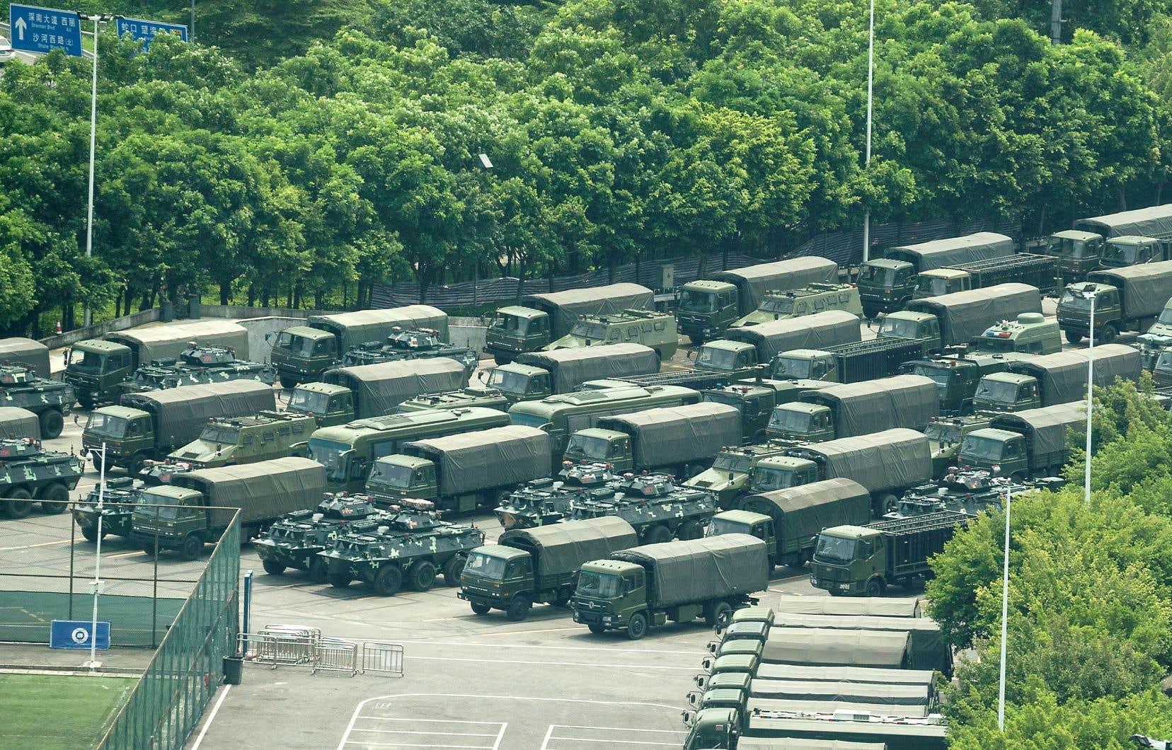 Des hommes en treillis étaient massés jeudi dans un stade de Shenzhen, la métropole chinoise située aux portes de l'ex-colonie britannique. Des camions et des blindés de transport de troupes étaient également visibles.