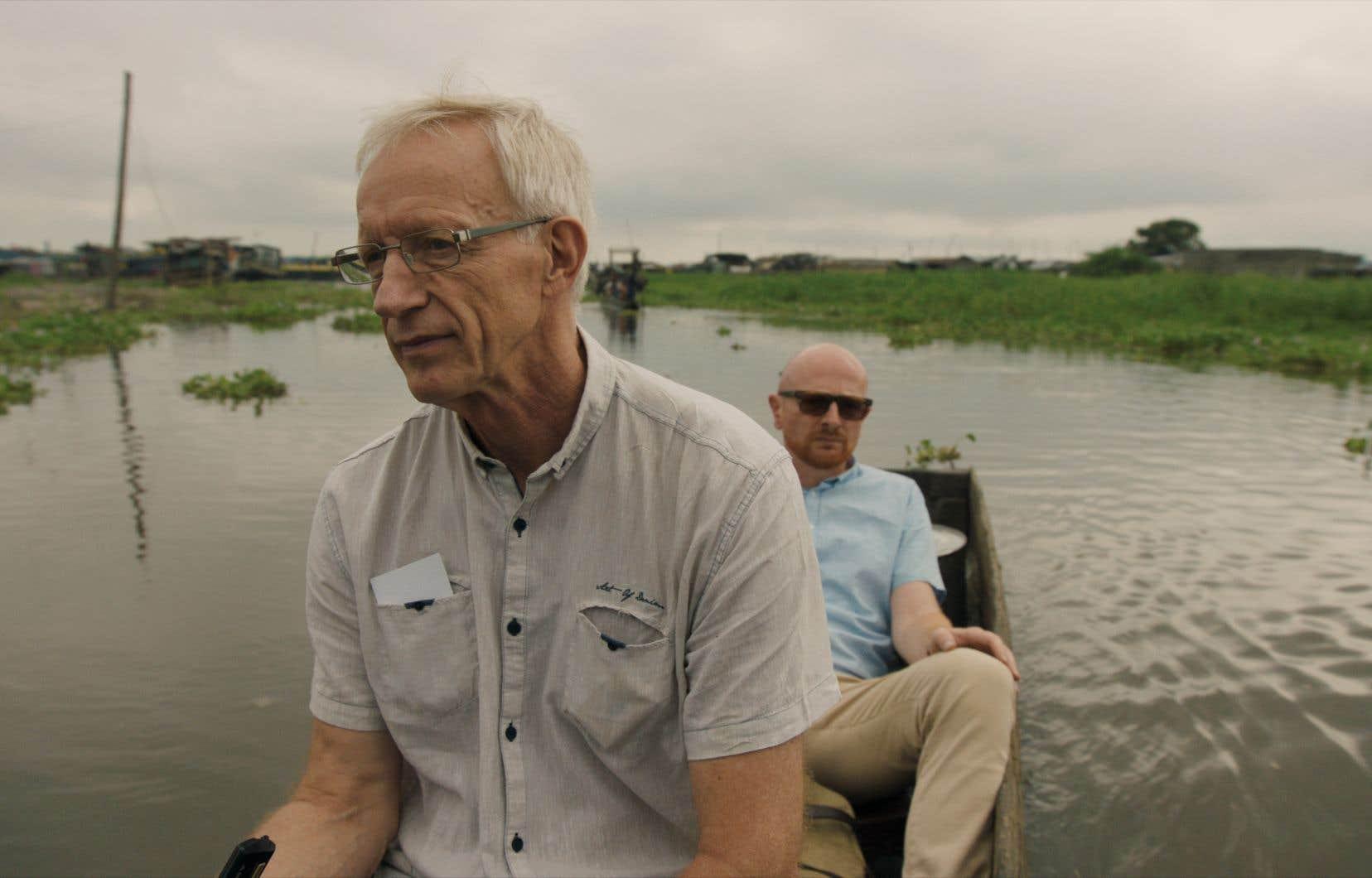 Le documentariste danois Mads Brügger (à l'arrière sur la photo) est visiblement en mal d'attention en se plaçant constamment devant la caméra.