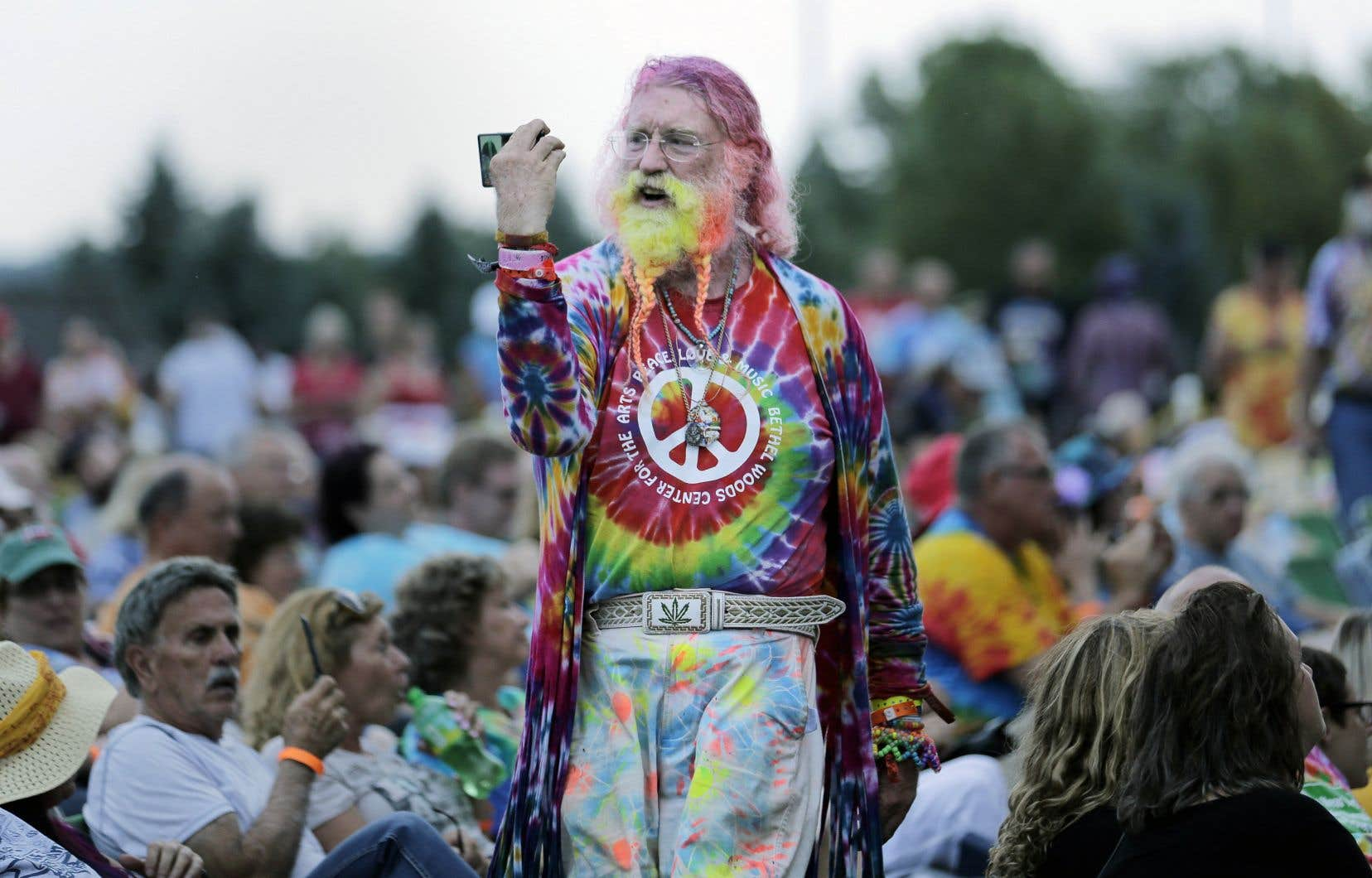 Un homme marche dans la foule durant le concert d'Arlo Guthrie, jeudi dernier, à l'occasion du 50e anniversaire de Woodstock.