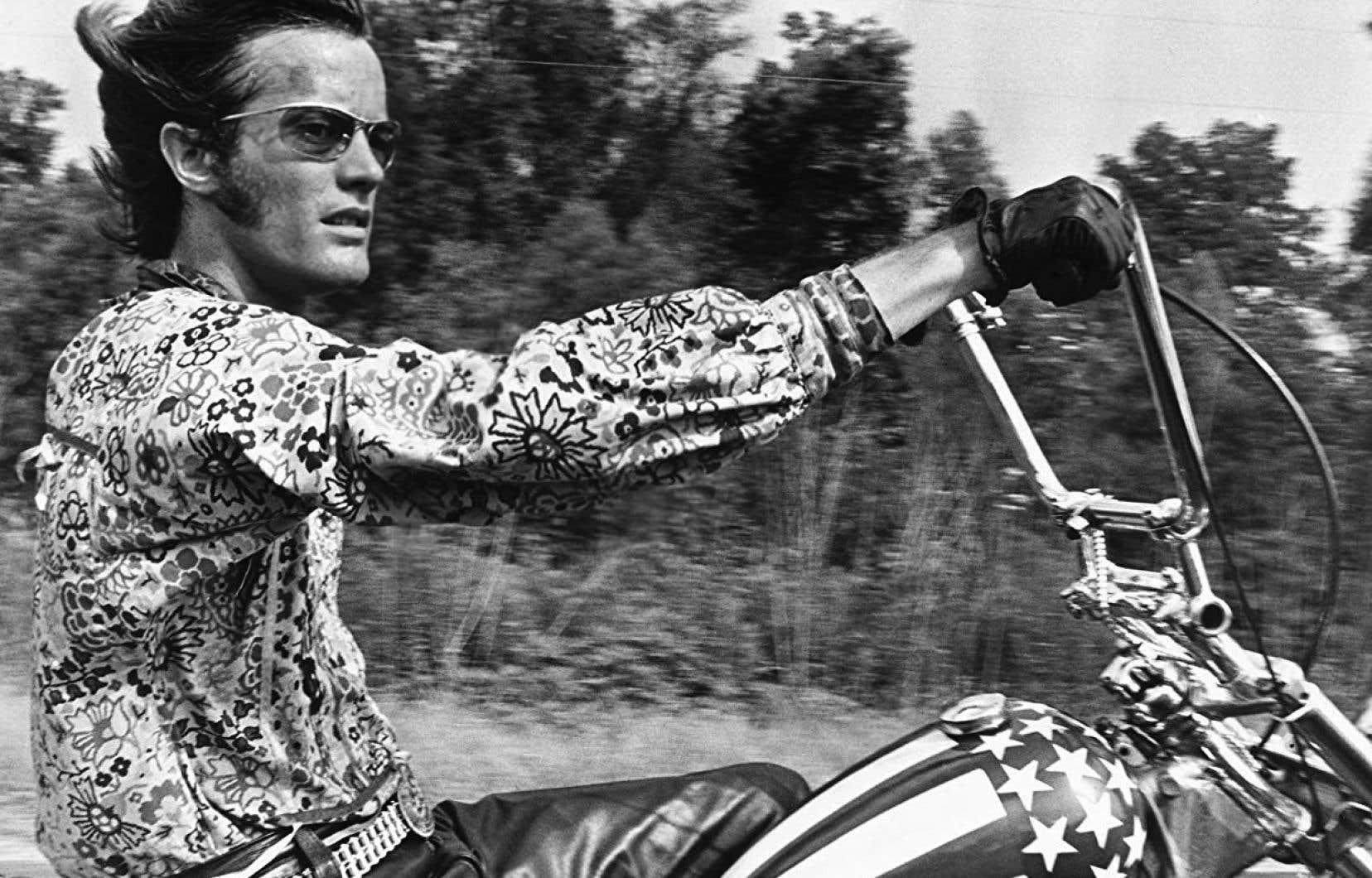 L'image de Peter Fonda, les jambes étendues sur son chopper Harley-Davidson peint aux couleurs du drapeau américain, est emblématique de la contre-culture des années soixante.