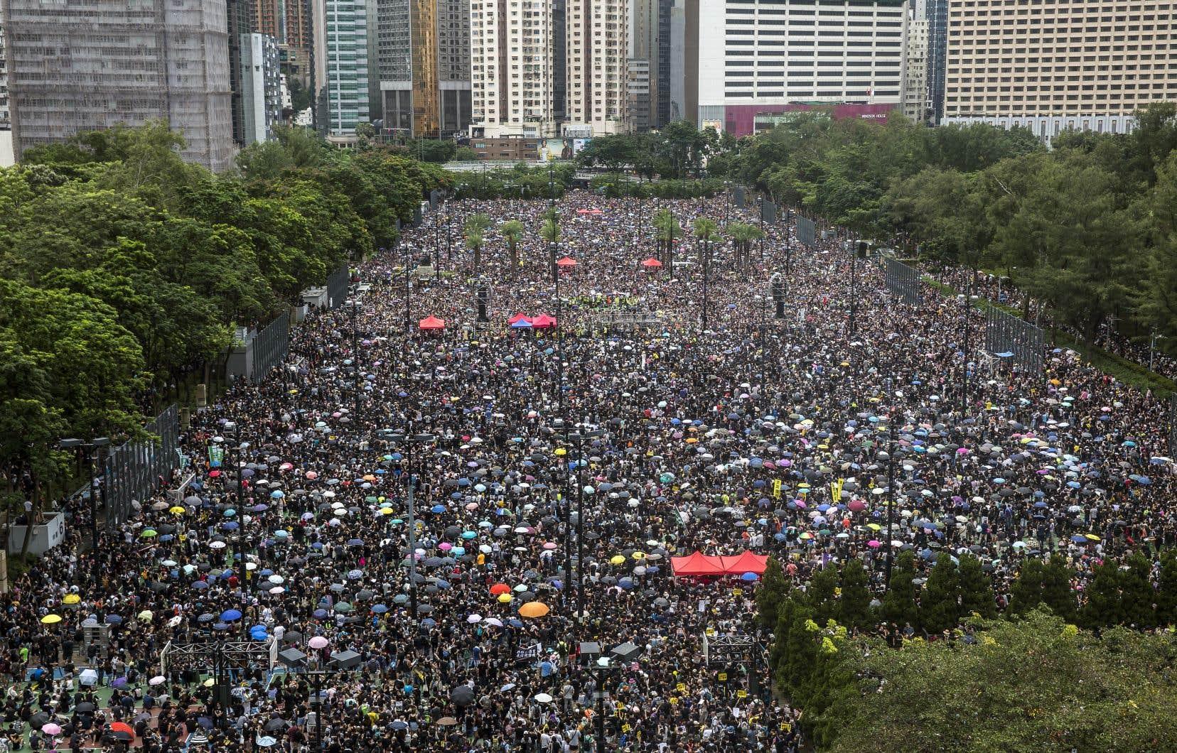 Selon le Front civil des droits de l'homme, plus de 1,7 million de personnes ont défilé dimanche, soit la plus forte mobilisation depuis des semaines. La police estime pour sa part à 128 000 le nombre des personnes ayant participé à la manifestation autorisée dans un parc.