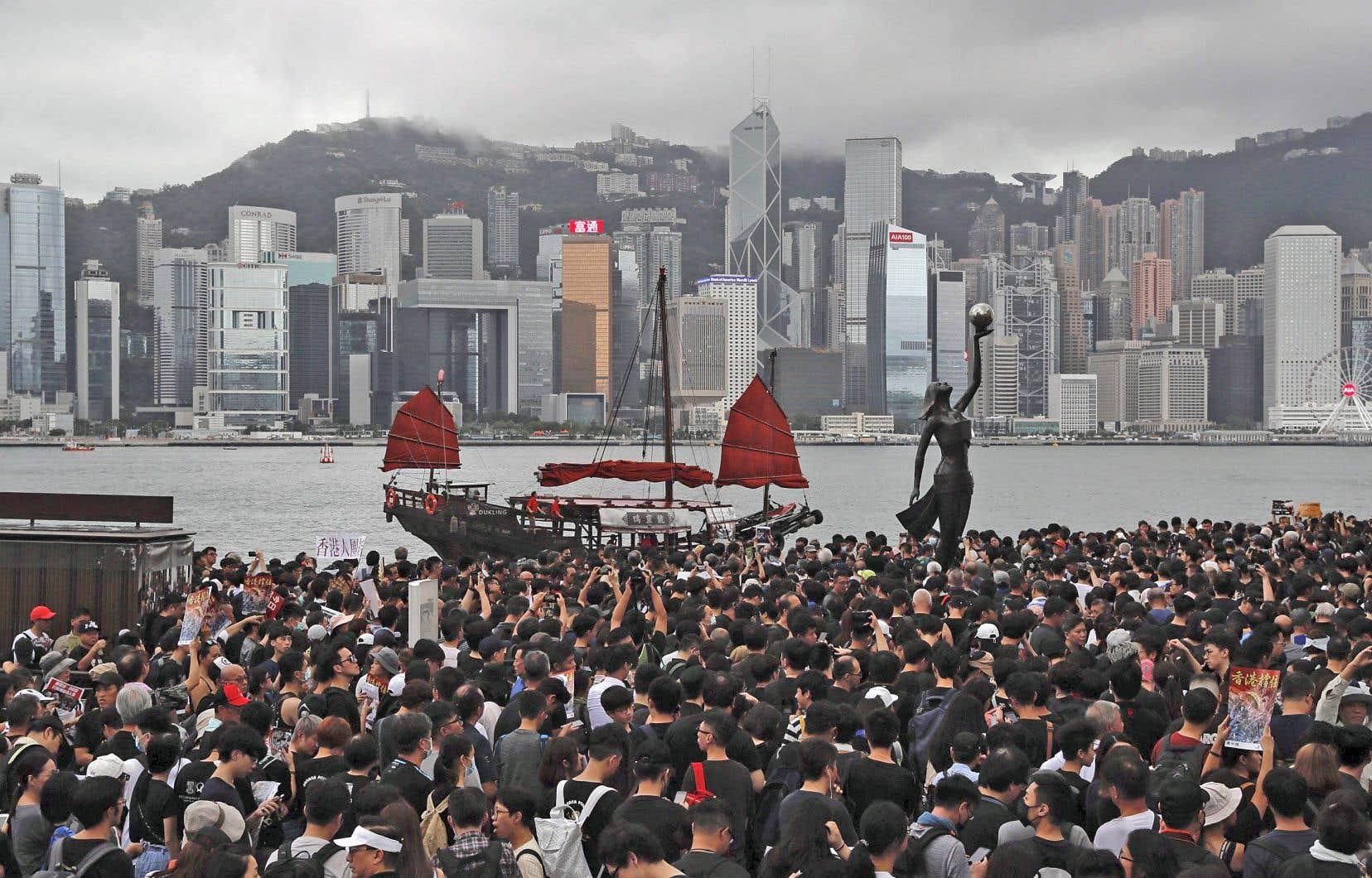Des manifestants contre la nouvelle politique d'extradition marchant non loin du centre-ville de Hong Kong, le 7 juillet dernier.