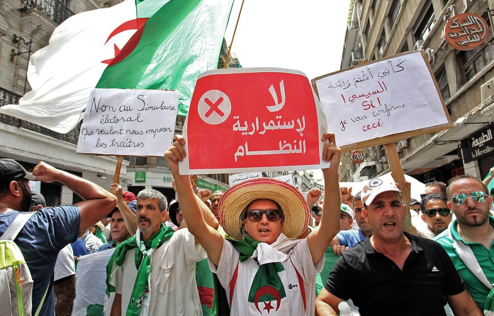 Selon l'auteur, on ne peut que saluer le courage des manifestants d'Algérie ou de Hong Kong qui se battent parce qu'ils considèrent, à juste titre, que leurs institutions démocratiques sont menacées.