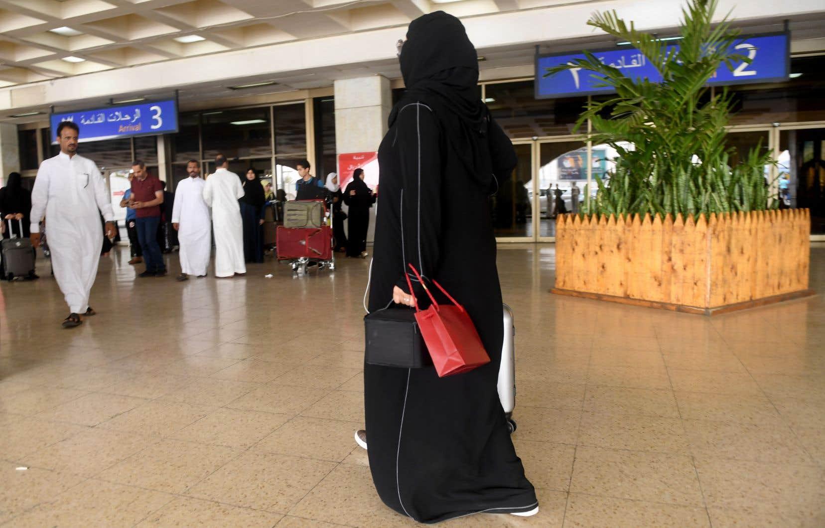 L'administration saoudienne a commencé mardi «à recevoir des demandes de femmes âgées de 21 ans et plus pour obtenir ou renouveler un passeport et voyager hors du royaume sans permission».