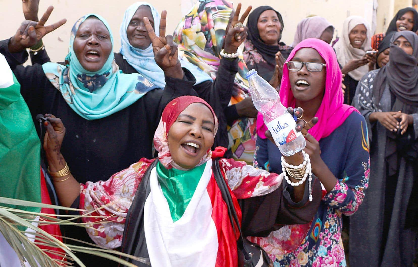 Des Soudanaises, très impliquées dans les manifestations des derniers mois, ont toutefois exprimé leur déception par rapport à la faible présence des femmes dans le processus de transition