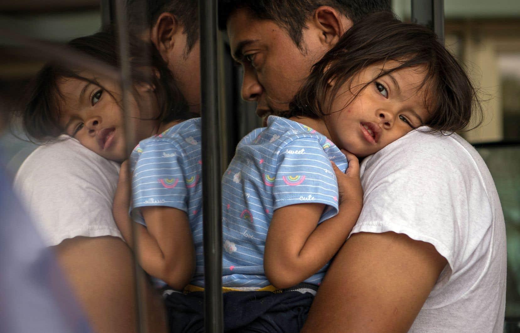 «Pour protéger ces enfants face aux abus et arrêter le flot illégal» de migrants, «nous devons mettre un terme à ces vides juridiques», a déclaré Donald Trump.