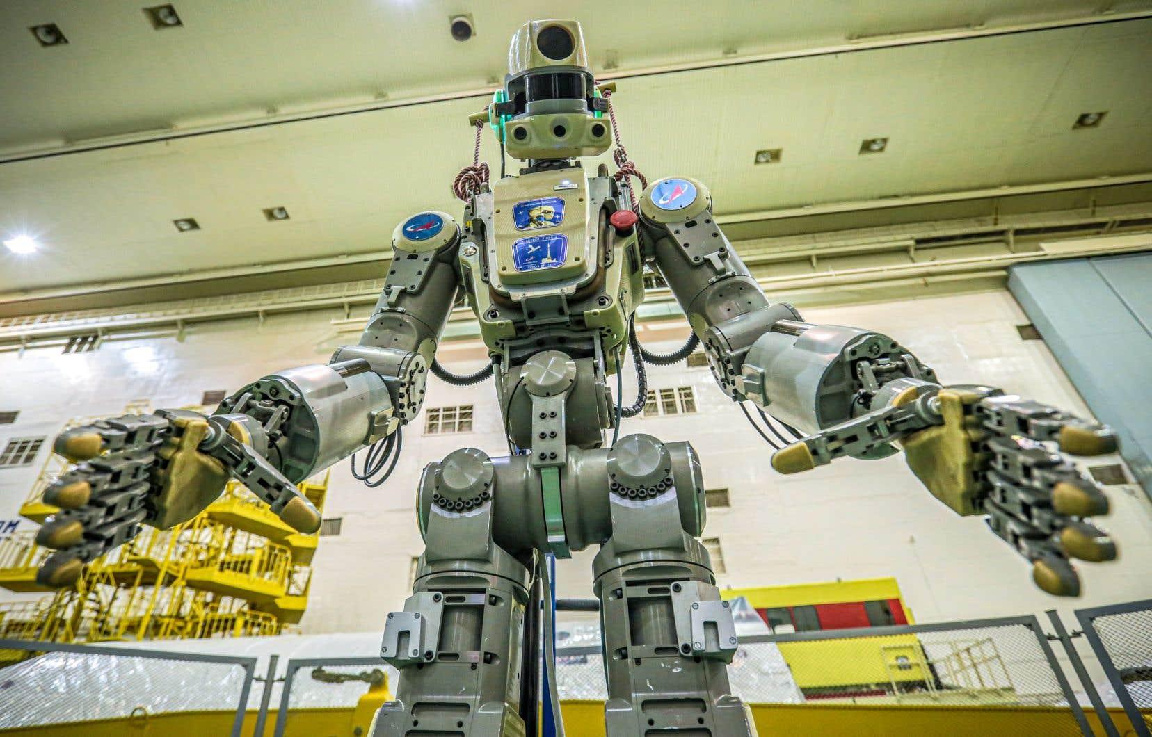 Fedor, unrobot au corps anthropomorphe argenté, mesure 1,80m de haut et pèse 160kg.