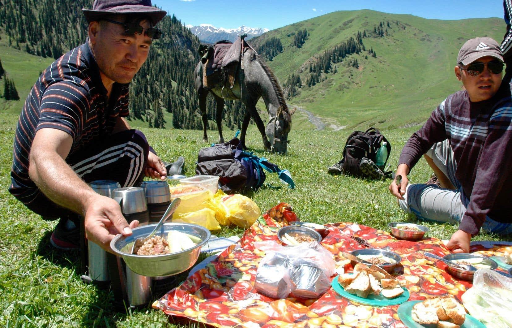 Une dégustation en plein air au Kirghizstan, durant une randonnée de deux semaines