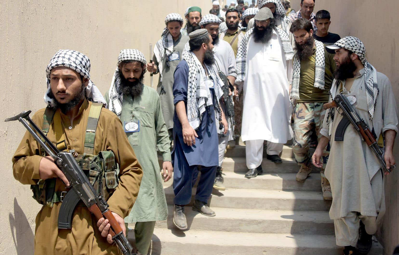 Le groupe Hizb-ul-Mujahideen, dont on voit le chef, Sayeed Salahuddin, entouré de militants en 2017, pourrait reprendre les armes «si l'Inde ne met pas fin à l'oppression».