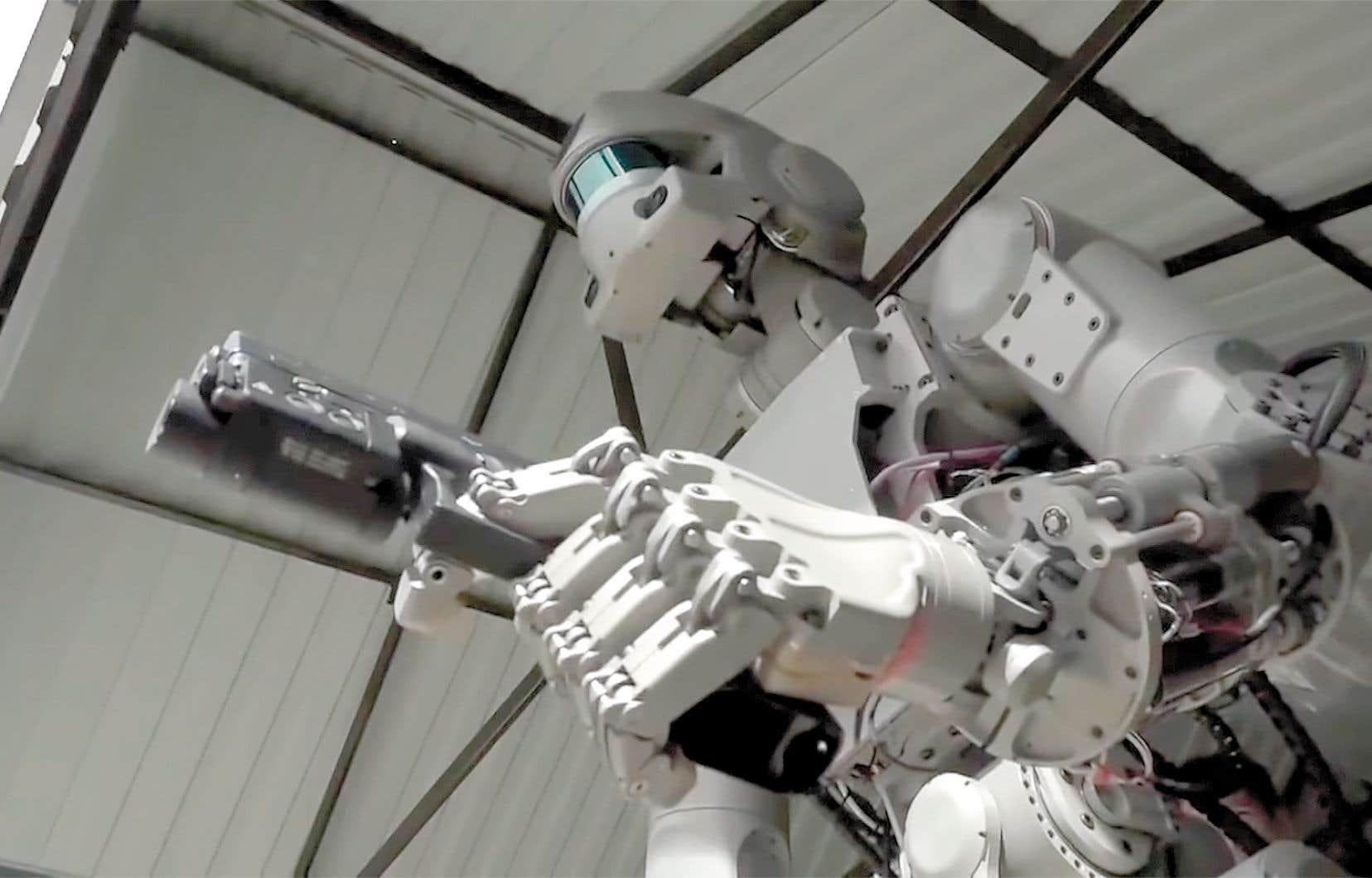 FEDOR, le robot développé par les Russes pour participer à l'exploration spatiale, est aussi un habile tireur.