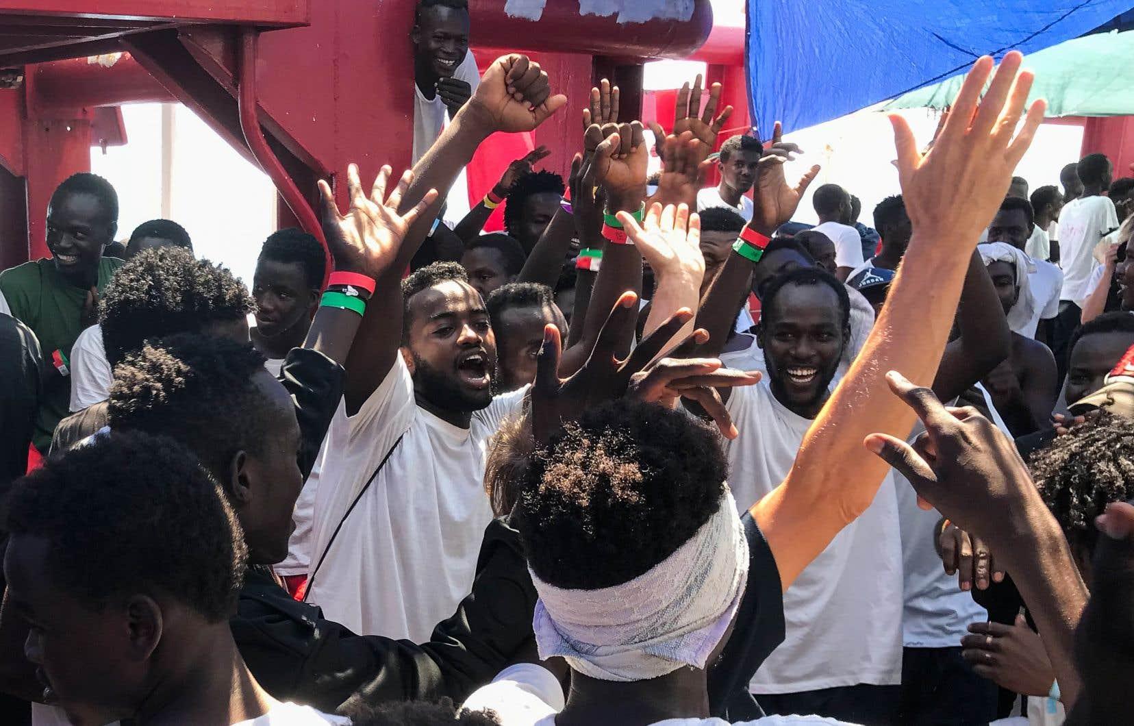 Les rescapés africains ont hurlé de joie en apprenant qu'ils étaient finalement autorisés à débarquer à Malte.