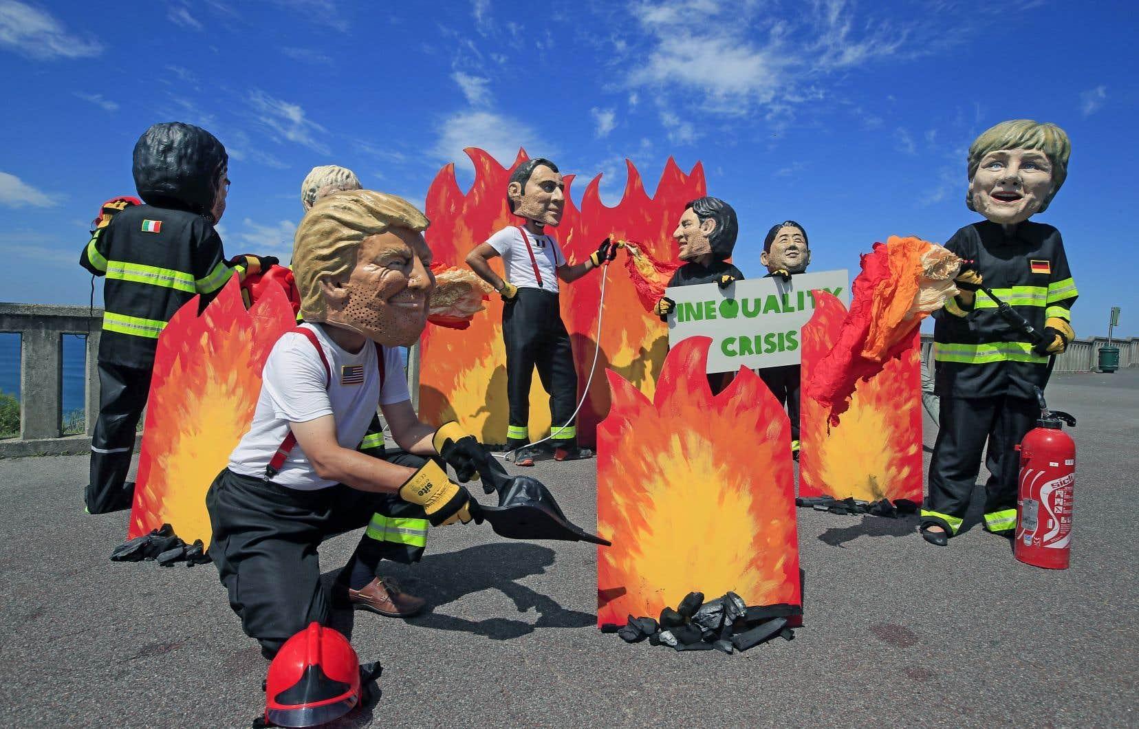 Des manifestants d'Oxfam personnifient les chefs de gouvernement des pays du G7, vendredi, à Biarritz