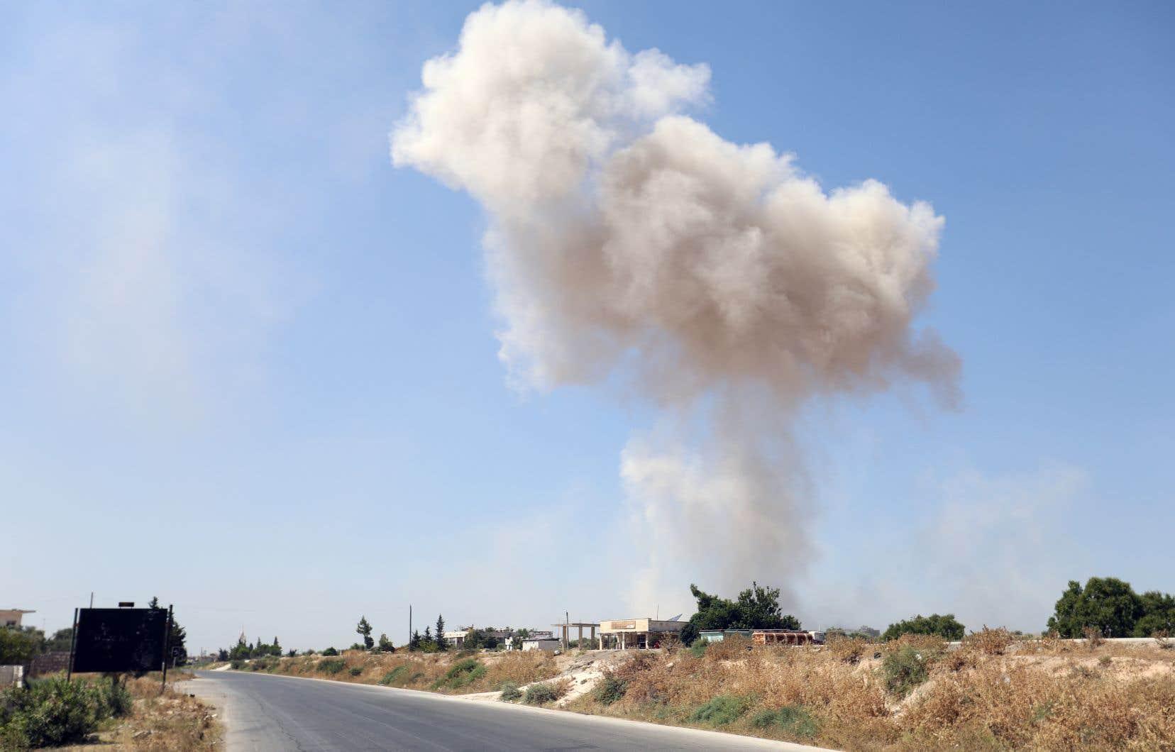 Un épais nuage de fumée est aperçu à Maaret al-Noomane, dans la province d'Idleb, après des raids aériens attribués au régime syrien, samedi.