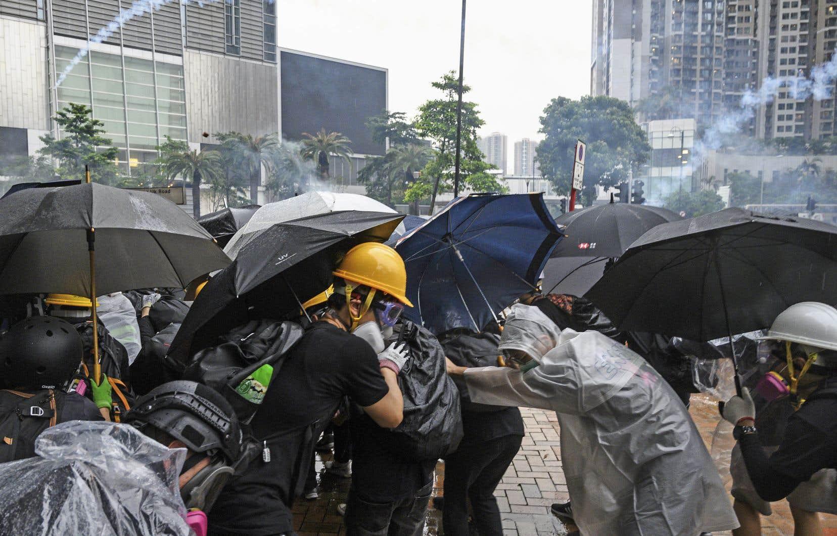 Après avoir tiré des gaz lacrymogènes qui n'ont pas eu l'effet escompté, la police a utilisé des canons à eau contre les manifestants.