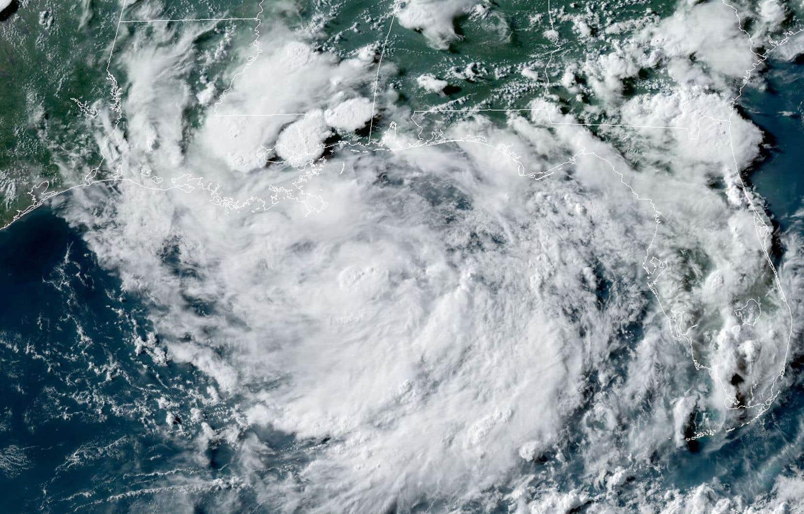 Non seulement une bombe ne modifierait pas la tempête, mais les vents répandraient rapidement les retombées radioactives sur les terres avoisinantes, indique l'agence américaine océanique et atmosphérique (NOAA).