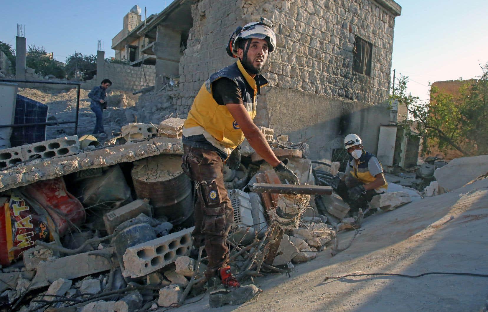 Des casques blancs fouillent des décombres dans la province d'Idleb.