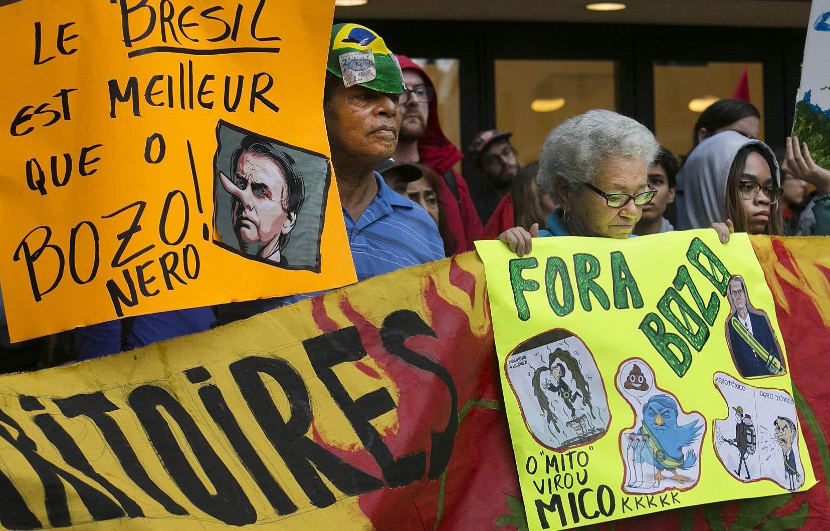 Des dizaines de personnes se sont rassemblées pour protester contre les politiques du président Jair Bolsonaro devant le consulat du Brésil à Montréal, mercredi soir.