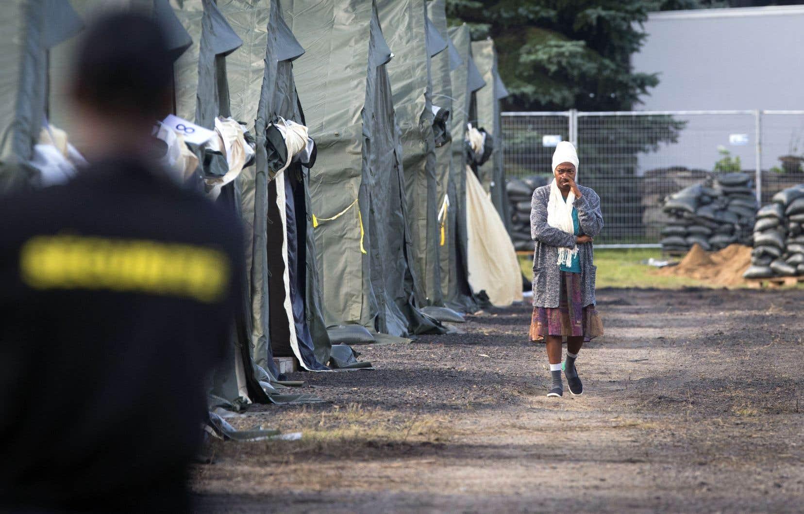En août 2017, les Forces armées canadiennes avaient érigé une centaine de tentes dans la zone de Saint-Bernard-de-Lacolle tout près de la frontière avec les États-Unis pour loger des demandeurs d'asile.