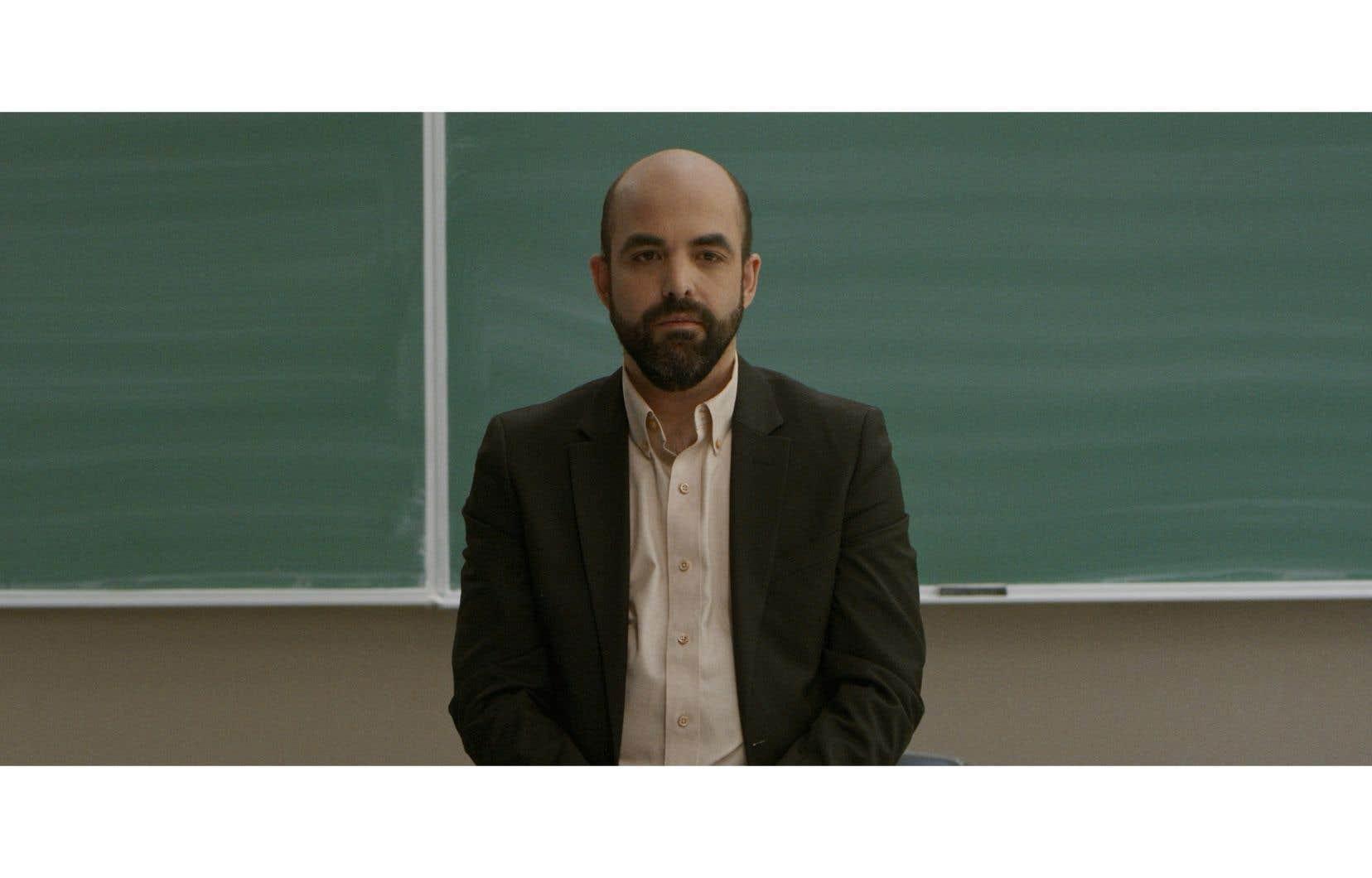 Sylvio Arriola, fragile et solennel, incarne un professeur de philosophie.