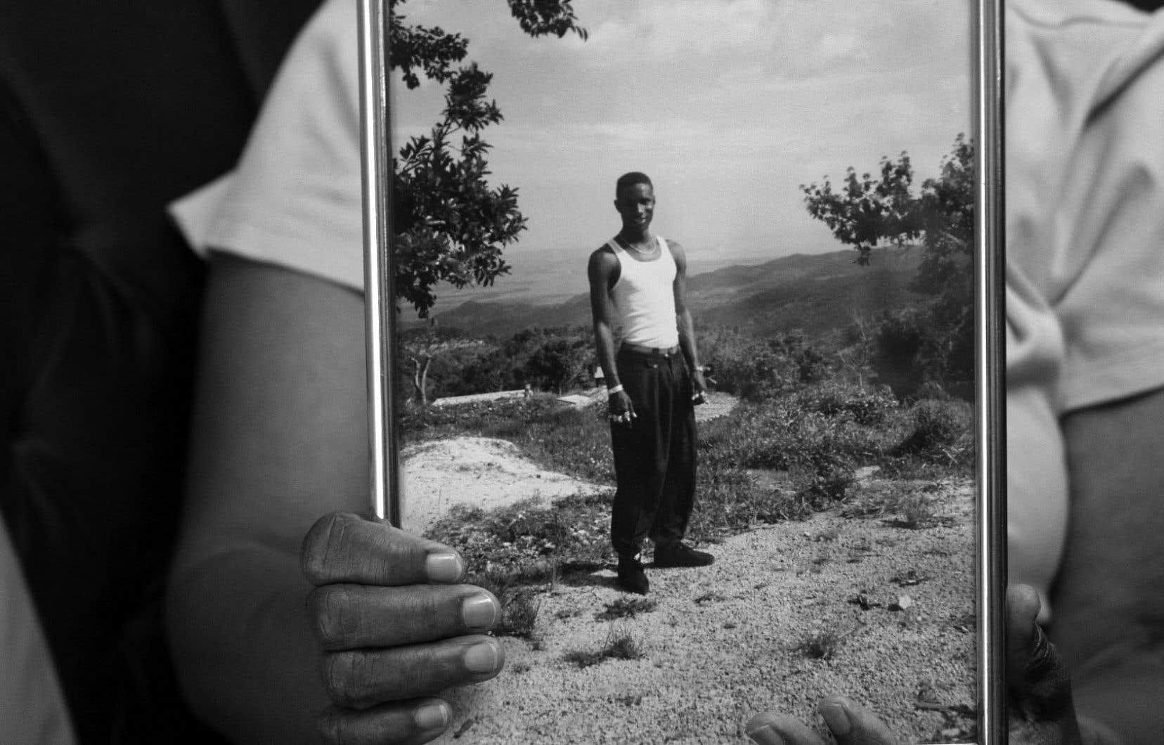Partiellement tourné en noir et blanc, «Des armes et nous» propose un collage d'entrevues, d'introspections et d'effets spéciaux.