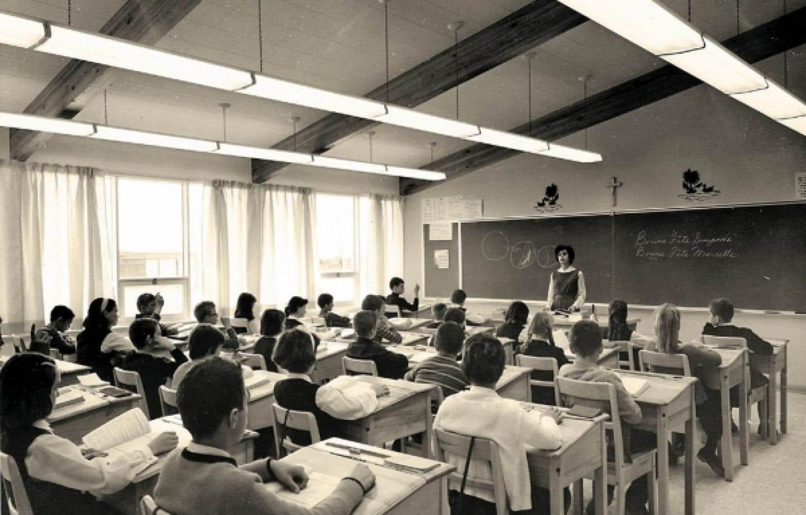 Une salle de cours primaire à l'école élémentaire Vanier, à Chicoutimi, en décembre 1964.<br />