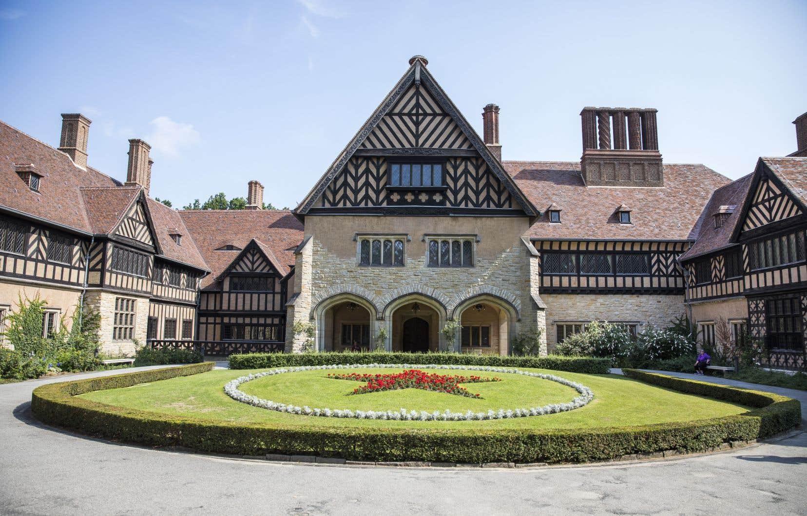 Avec ses colombages, son architecture de style Tudor, ses six cours intérieures et ses 55 cheminées, le château de Cecilienhof est célèbre pour avoir accueilli la conférence de Potsdam à l'été 1945, où les Alliés décidèrent du sort de leurs ennemis.
