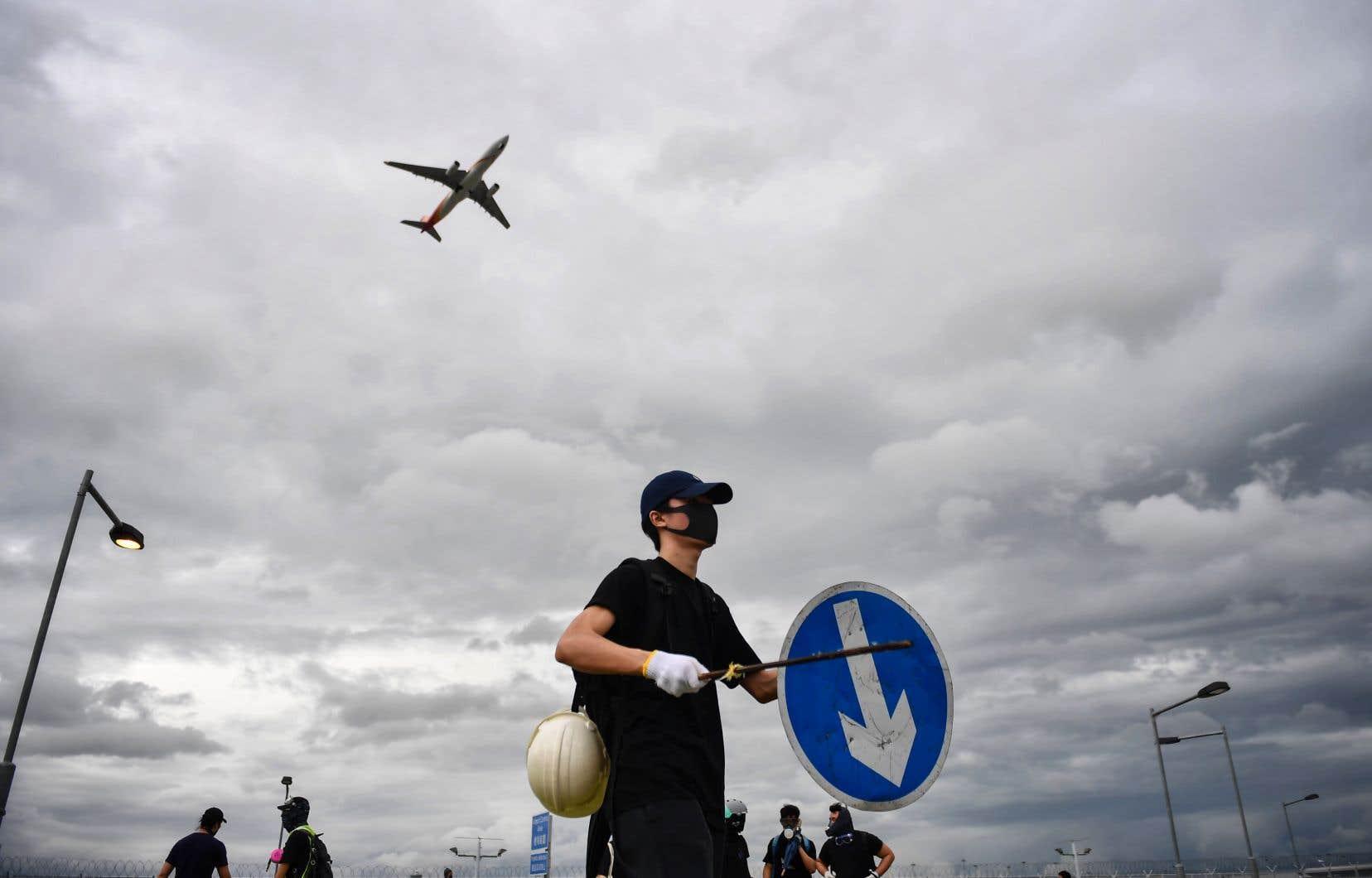 Les manifestants n'ont en théorie plus le droit de protester à l'aéroport, en vertu d'un arrêté qui avait été pris le mois dernier après que des rassemblements dans ses terminaux eurent dégénéré et affecté des centaines de vols.