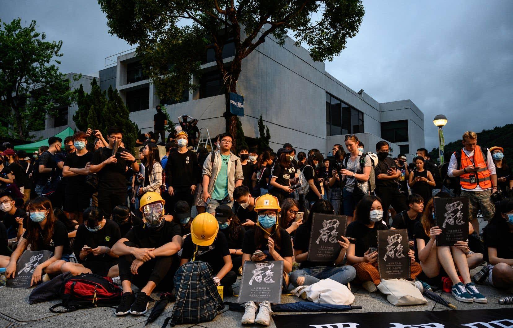 En ce jour de rentrée, des étudiants ont ainsi formé des chaînes humaines devant leurs établissements scolaires.