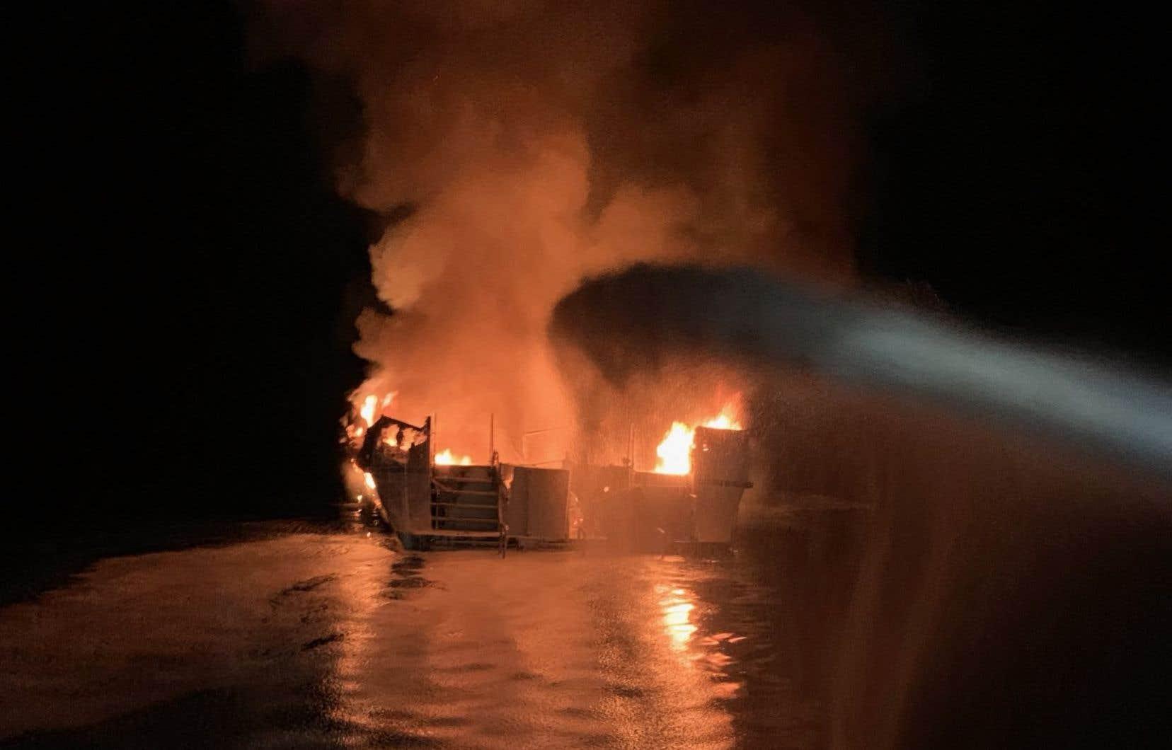 Le bateau, un navire de 22 mètres de long aménagé pour des sorties en mer dédiées à la plongée, a coulé alors que les pompiers tentaient encore d'éteindre le feu tôt dans la matinée, ont annoncé les gardes-côtes.