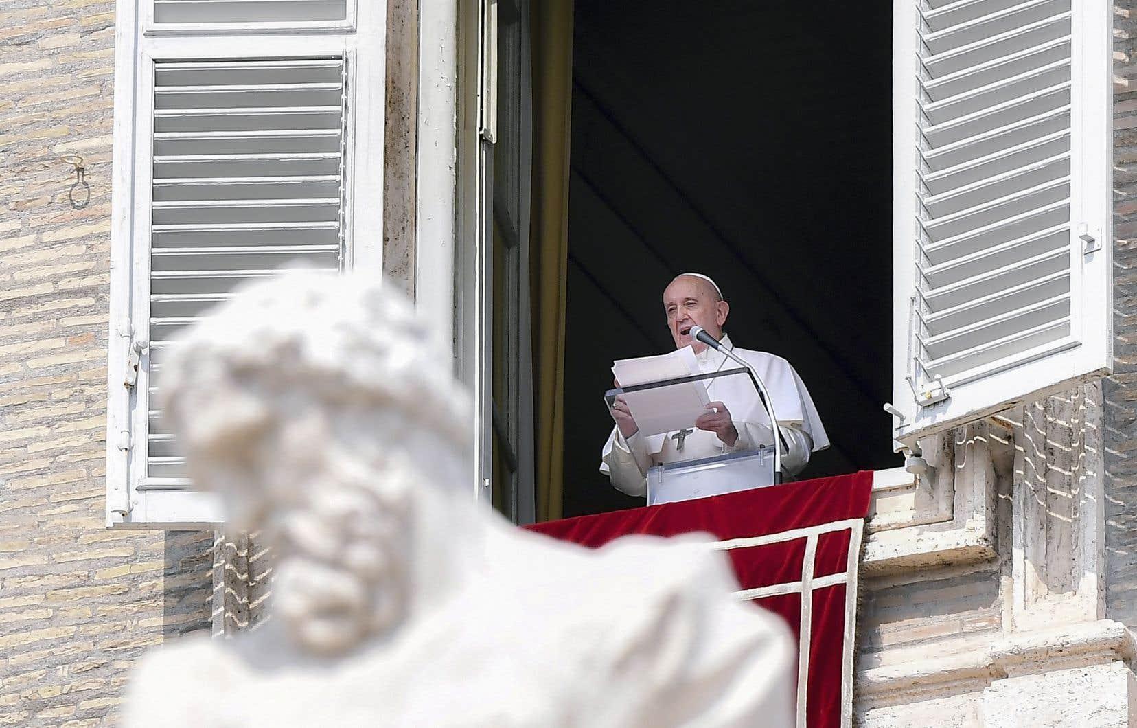 Le pape François lors de la célébration de l'angélus, dimanche, au Vatican
