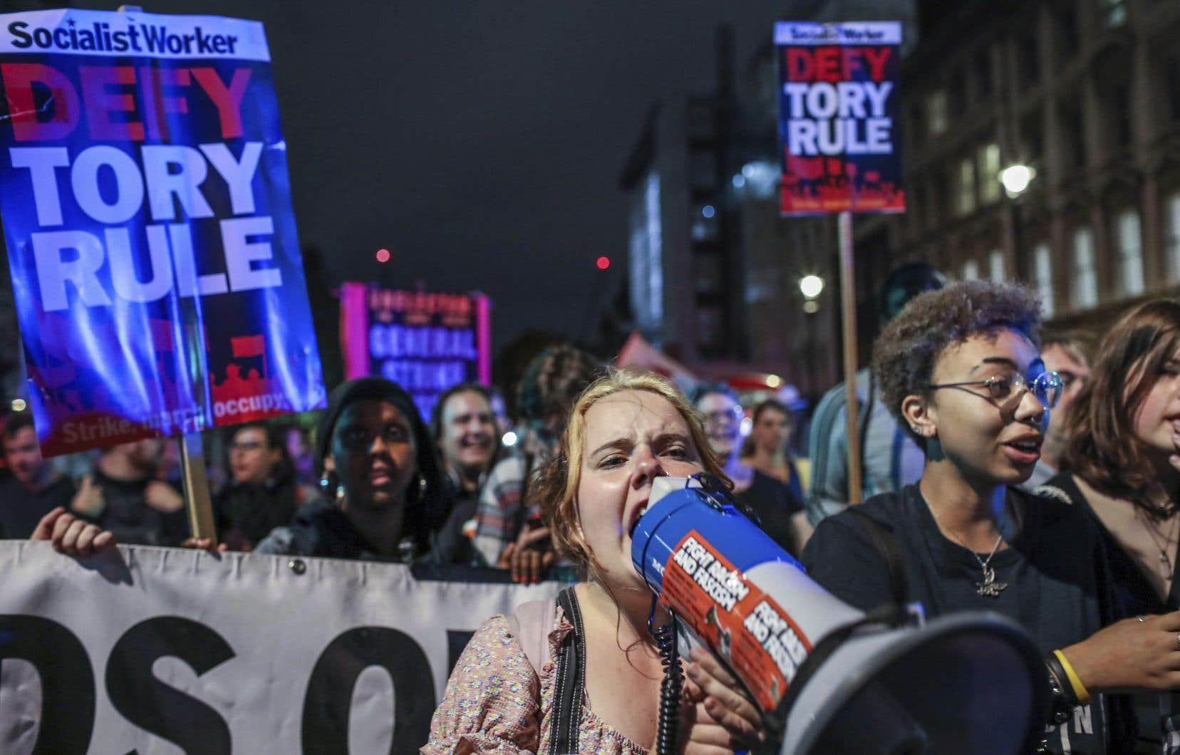 Des manifestants ont protesté devant le Parlement britannique, à Londres mardi. Dans la journée, le premier ministre, Boris Johnson, a essuyé la défection d'un député dans ses rangs.