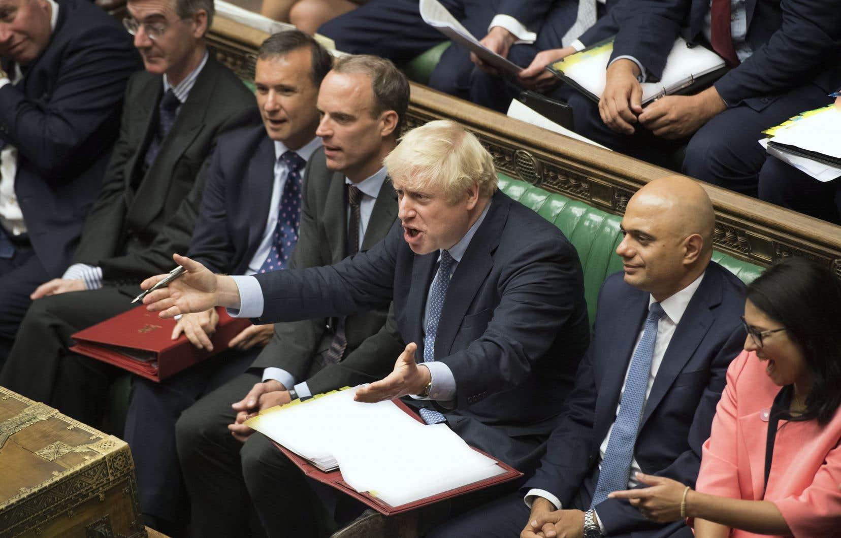Sans majorité et défié par les députés, Boris Johnson (au centre) semblait en bien mauvaise posture mercredi.