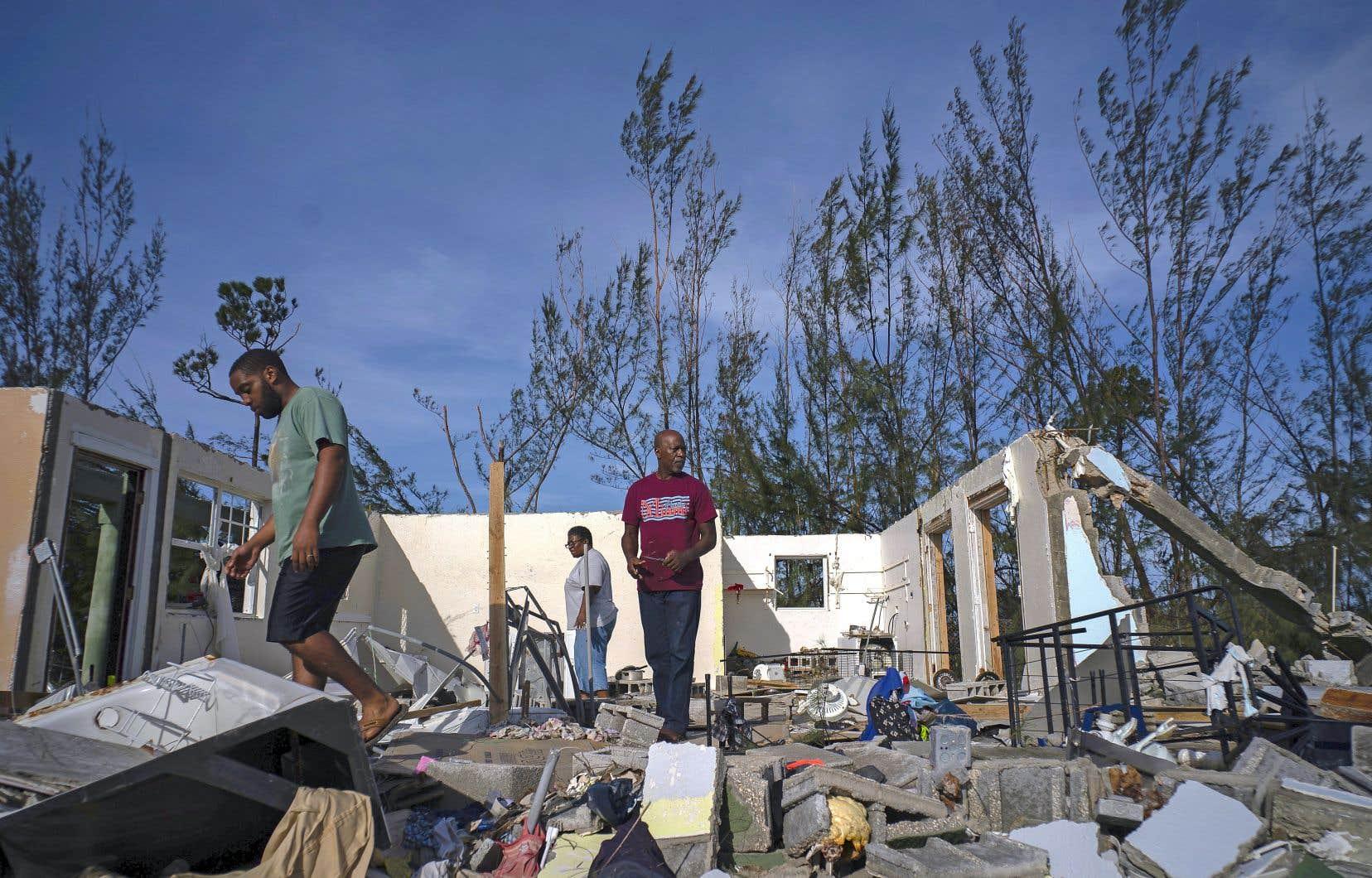 Les Abacos et l'île de Grand Bahama, dans le nord du pays, ont été dévastées. Des centaines de maisons ont vu leur toit s'envoler, des voitures étaient submergées par les inondations et des bateaux étaient en miettes.
