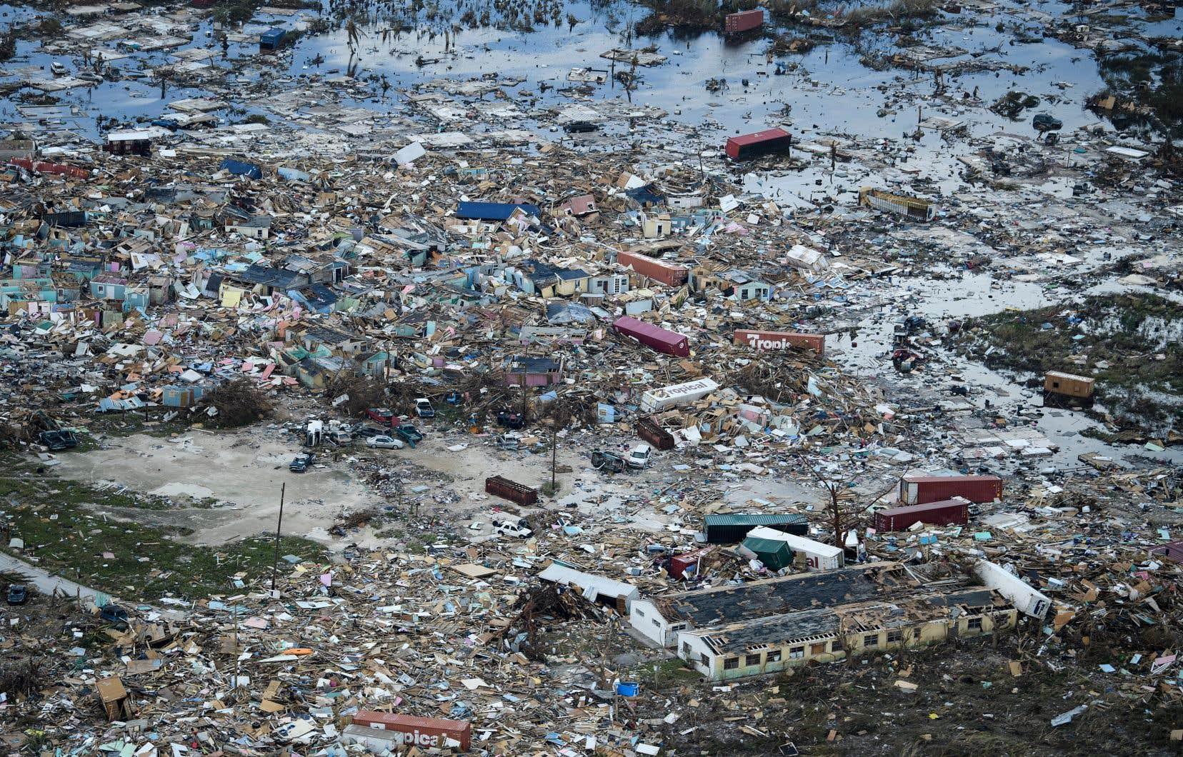 Une vue aérienne montre l'ampleur des dégâts causés par Dorian à Marsh Harbour, sur l'île de Great Abaco aux Bahamas.